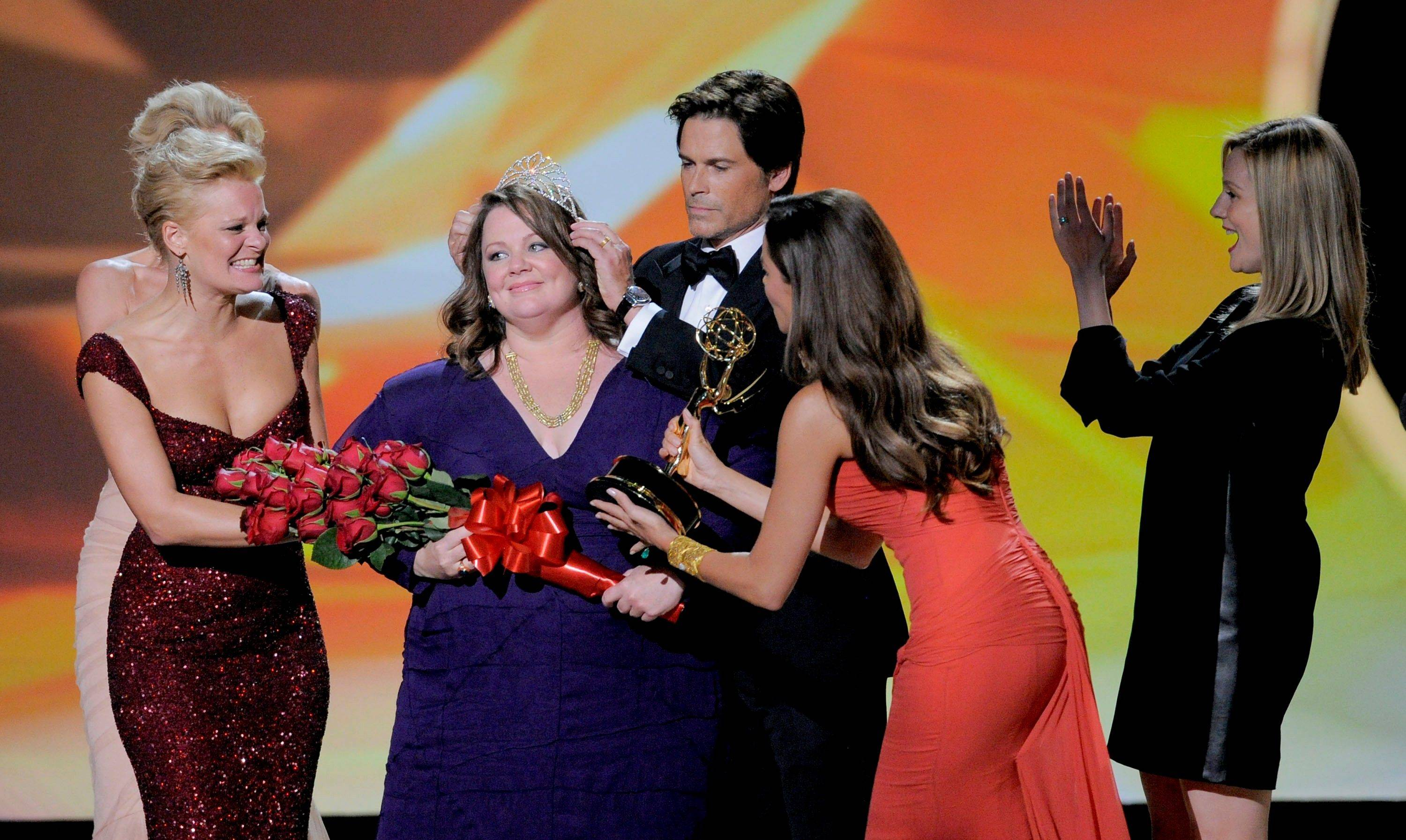 "Rob Lowe, crowns Melissa McCarthy as Sofia Vergara, second right, gives her the award for outstanding lead actress in a comedy series for""Mike and Molly."""