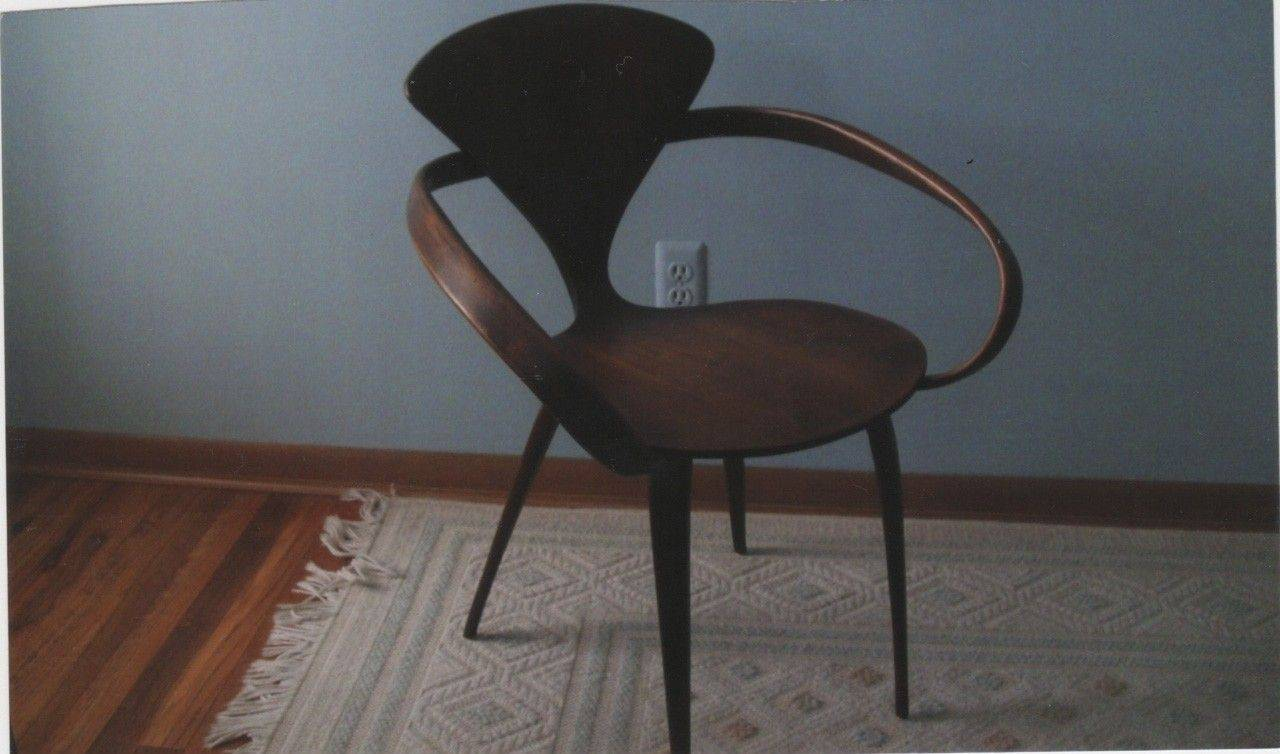 This chair, with its hour-glass-shaped back, is based on a design by Arne Emile Jacobsen.