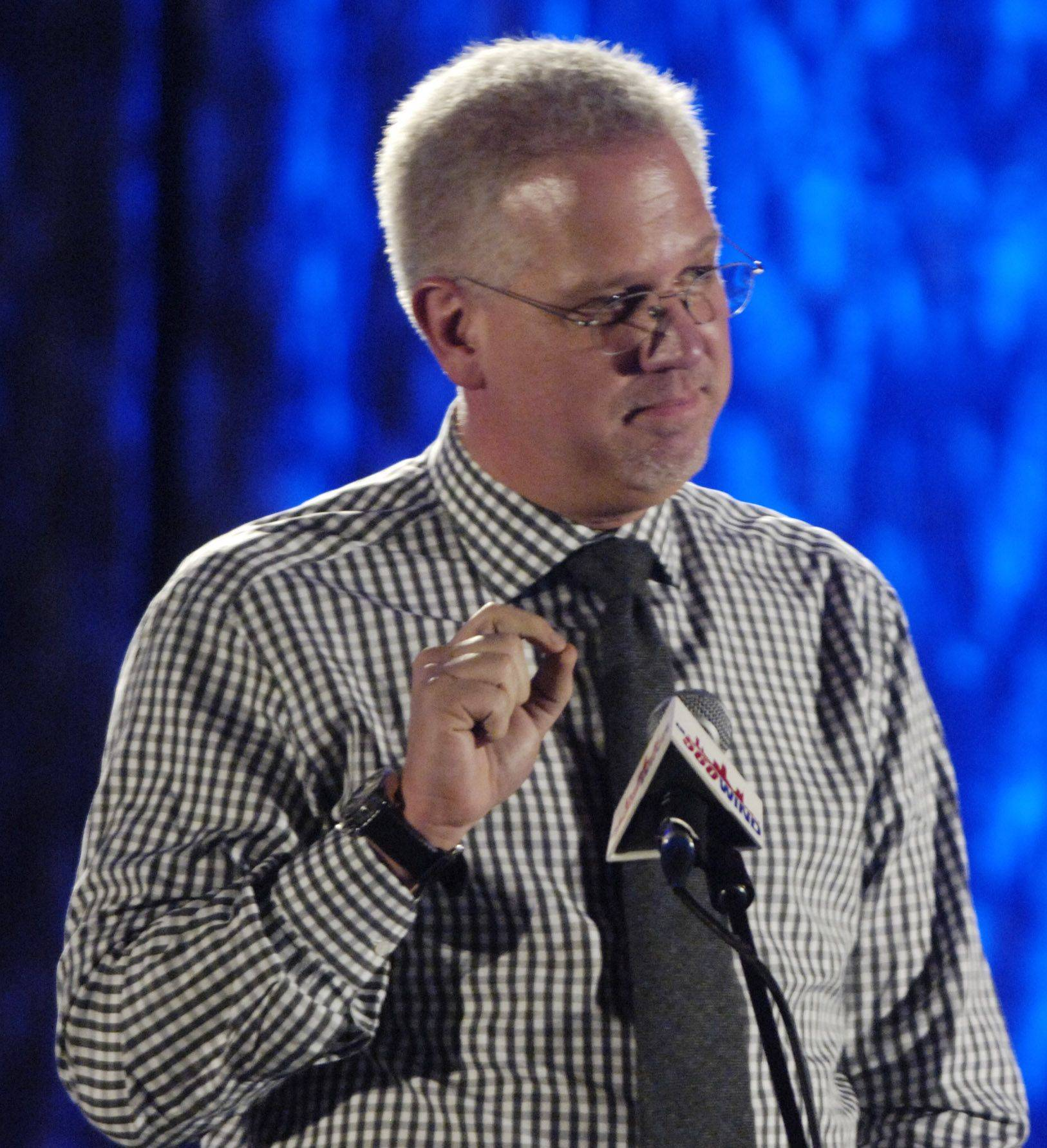Glenn Beck speaks during dinner at TeaCon, the Tea party Convention in Schaumburg Saturday.