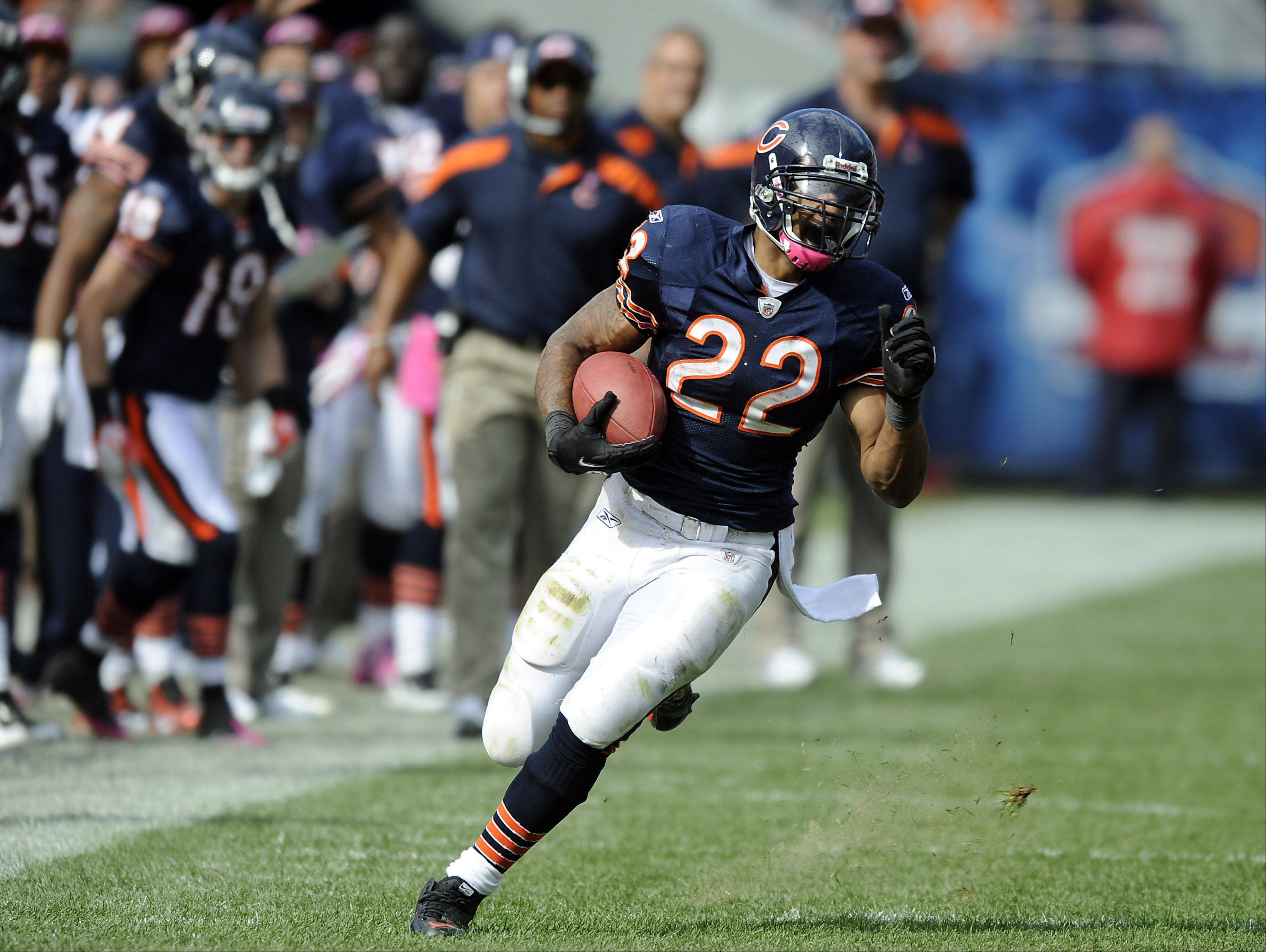 Bears Matt Forte on the run for a 20-yd 4th quarter run against the Panthers at Soldier Field in Chicago.