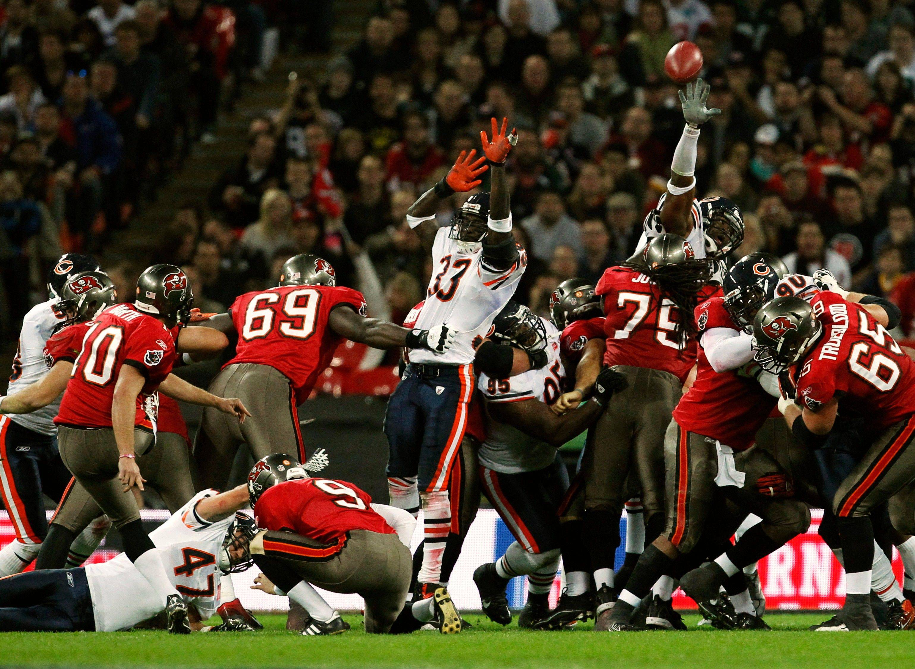 Tampa Bay Buccaneers kicker Connor Barth kicks a 33-yard field goal during the first half.