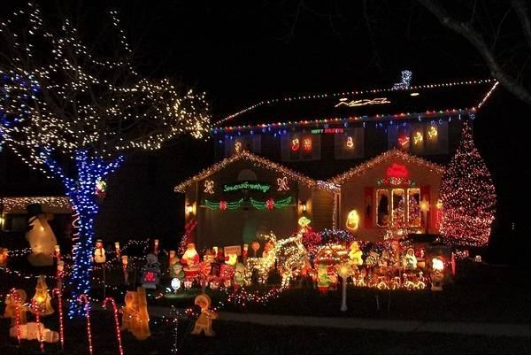 The Kyprianidis family of Elk Grove Village won the Daily Herald's Holiday  Lights contest last year - Daily Herald's Holiday Lights Contest Now Open