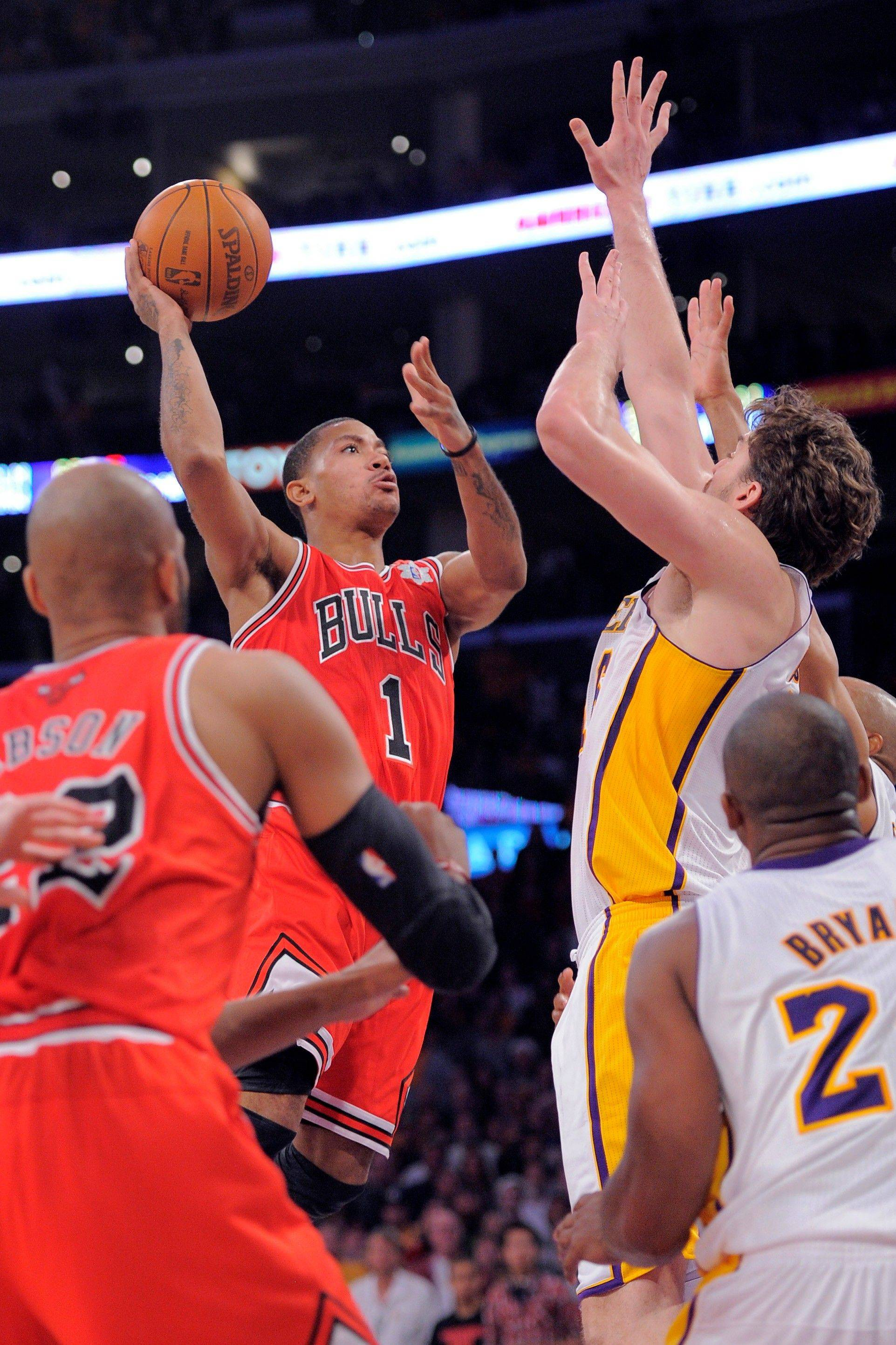 Bulls guard Derrick Rose scores to give the Bulls the lead in the final seconds Sunday in Los Angeles.