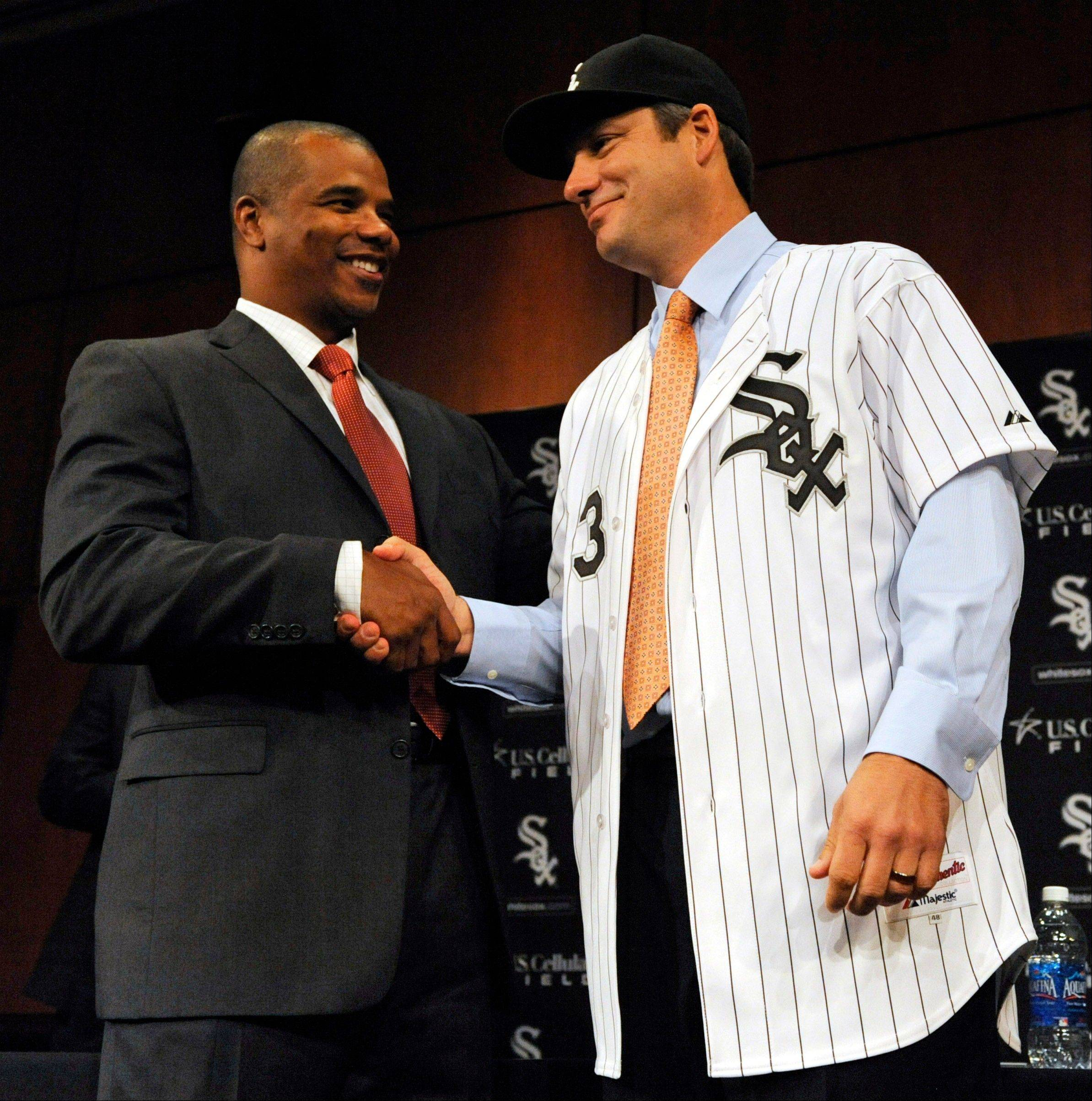 White Sox new manager Robin Ventura, right shakes hands with general manager Kenny Williams as he is introduces during a baseball news conference in Chicago, Tuesday, Oct. 11, 2011.