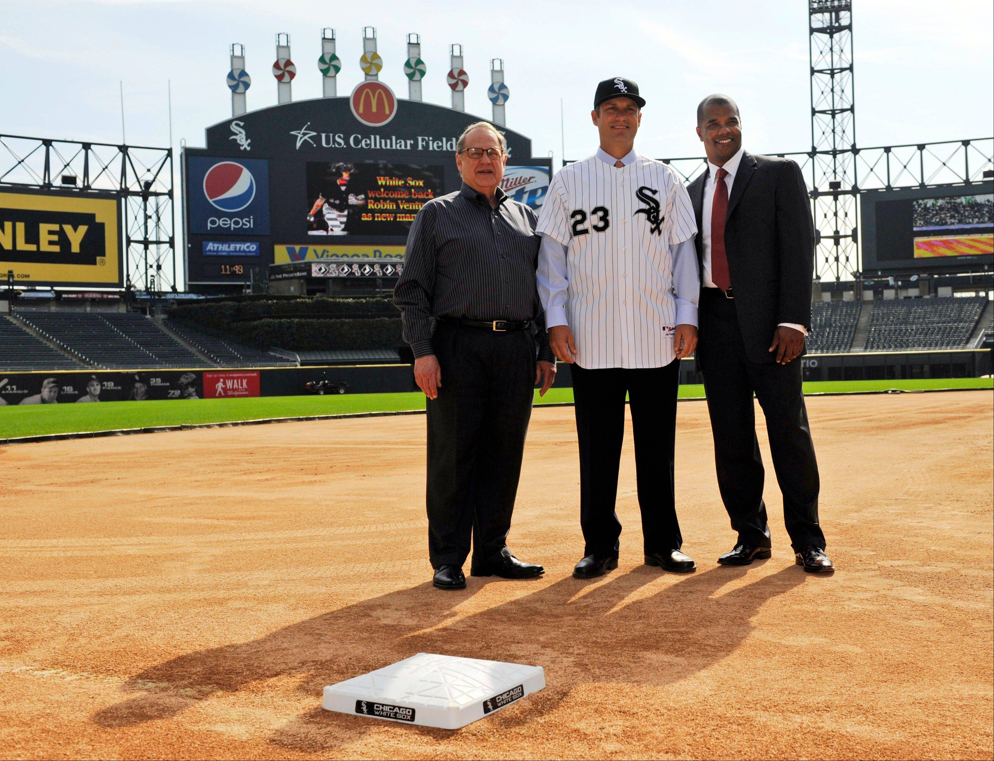 White Sox new manager Robin Ventura, center, poses for a photo with team Chairman Jerry Reinsdorf, left, and general manager Kenny Williams, right, after a baseball news conference in Chicago, Tuesday, Oct. 11, 2011.