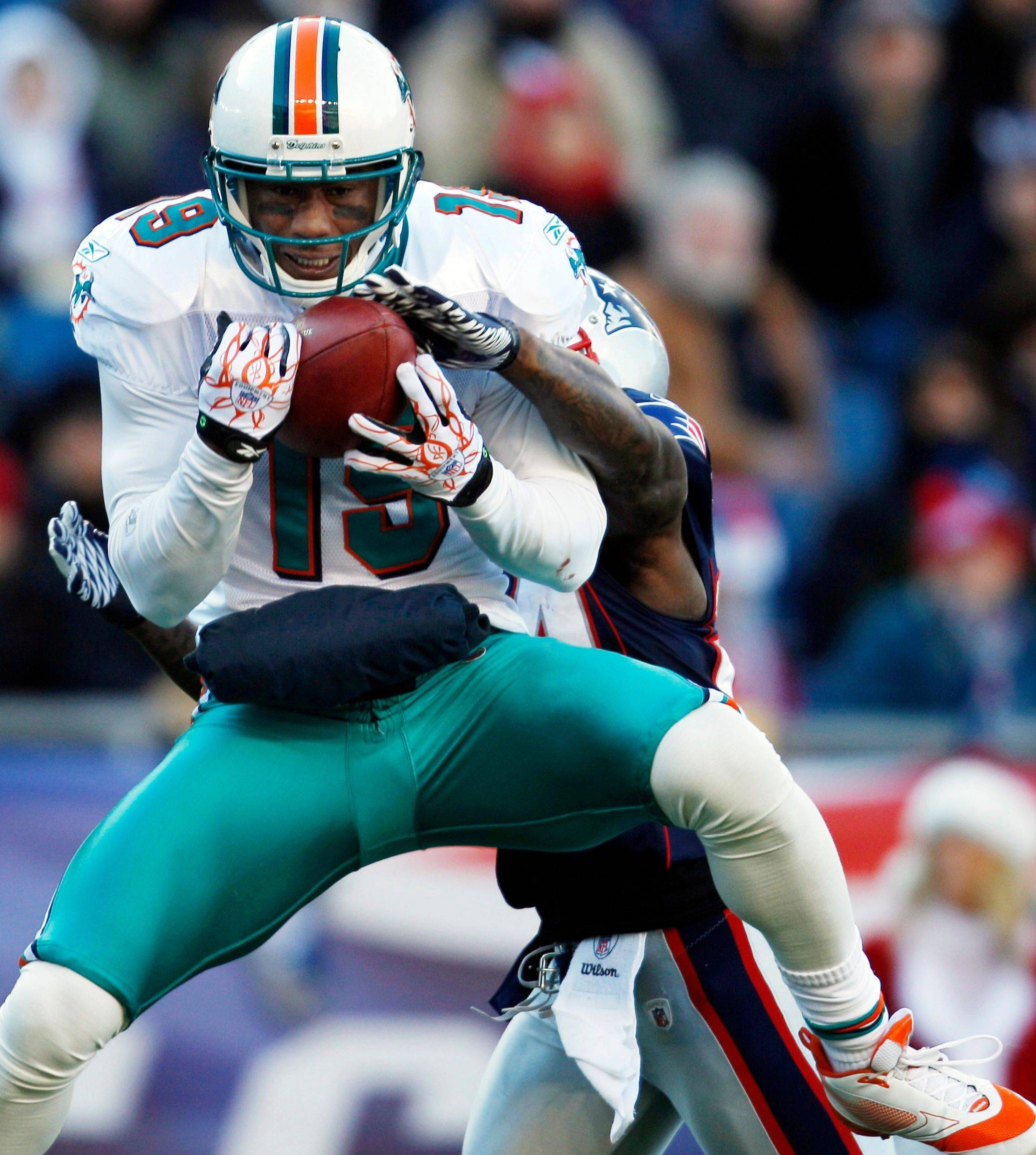 Brandon Marshall, here pulling in a touchdown pass for the Miami Dolphins in December, rejoins quarterback Jay Cutler after Tuesday's Bears trade.