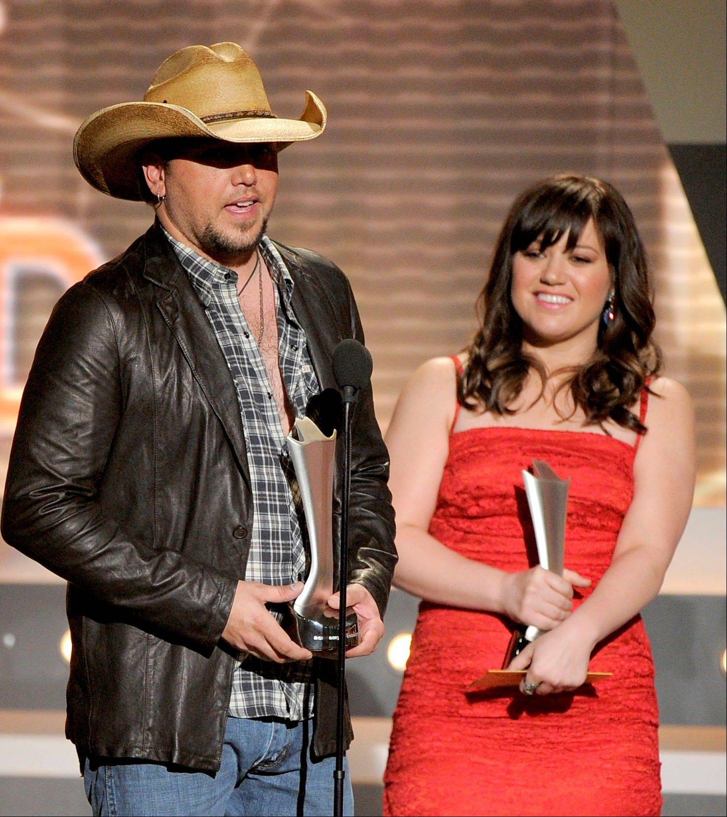 "Jason Aldean and Kelly Clarkson accept the award for single of the year for ""Don't You Wanna Stay."" The duo would also take home the vocal event of the year award."