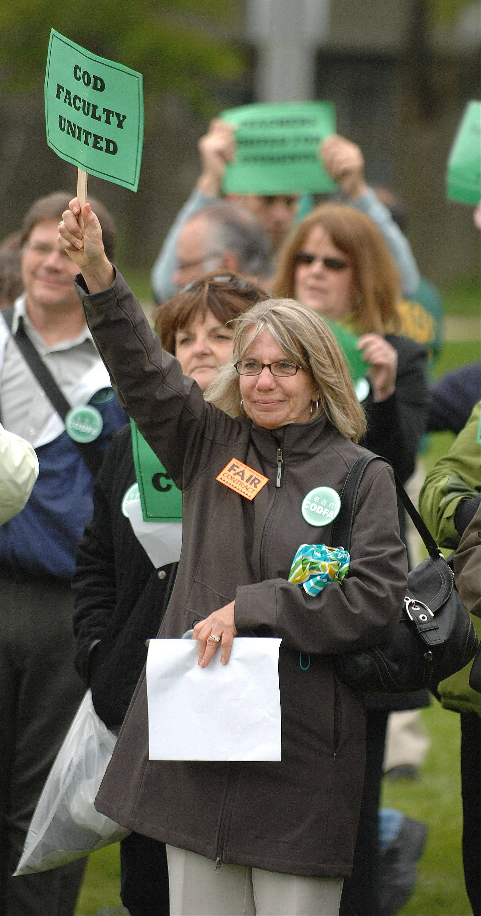 College of DuPage faculty member Nancy Fuelner shows her support for the faculty association's bargaining team during a rally at Panfish Park in Glen Ellyn Thursday.