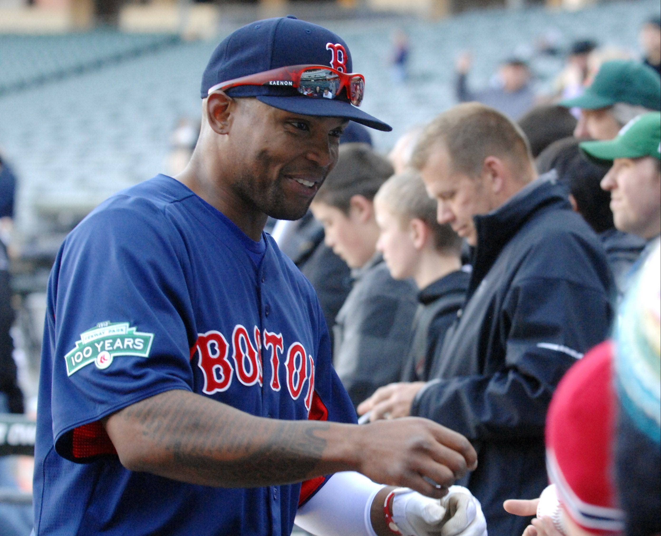 Former Cubs outfielder Marlon Byrd, who was traded to the Red Sox on Saturday, signs autographs before Thursday's game against the White Sox at U.S. Cellular Field.