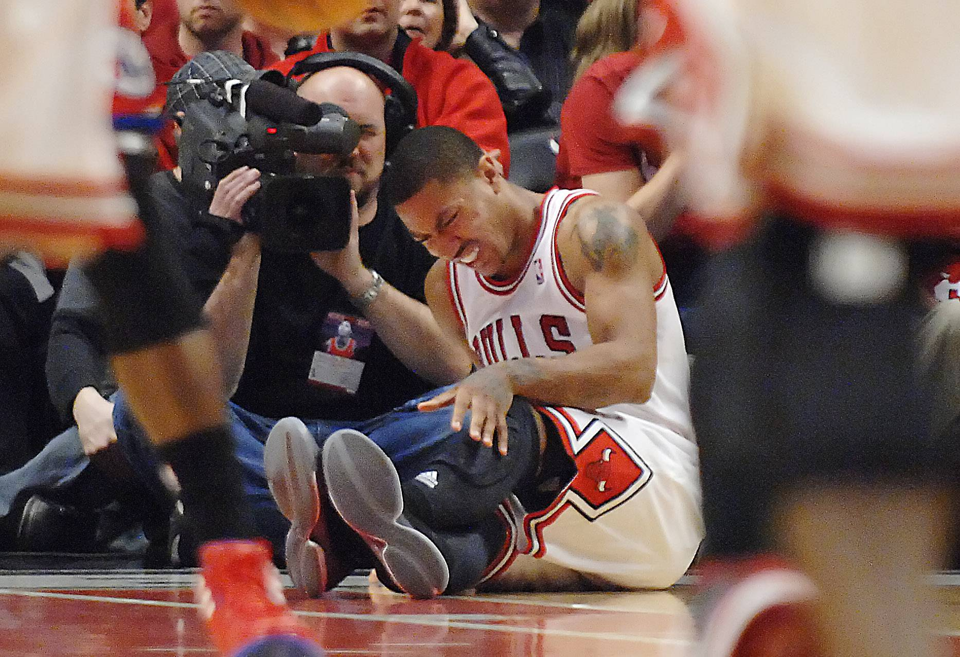 Derrick Rose grimaces after injuring his knee in the fourth quarter against the Philadelphia 76ers