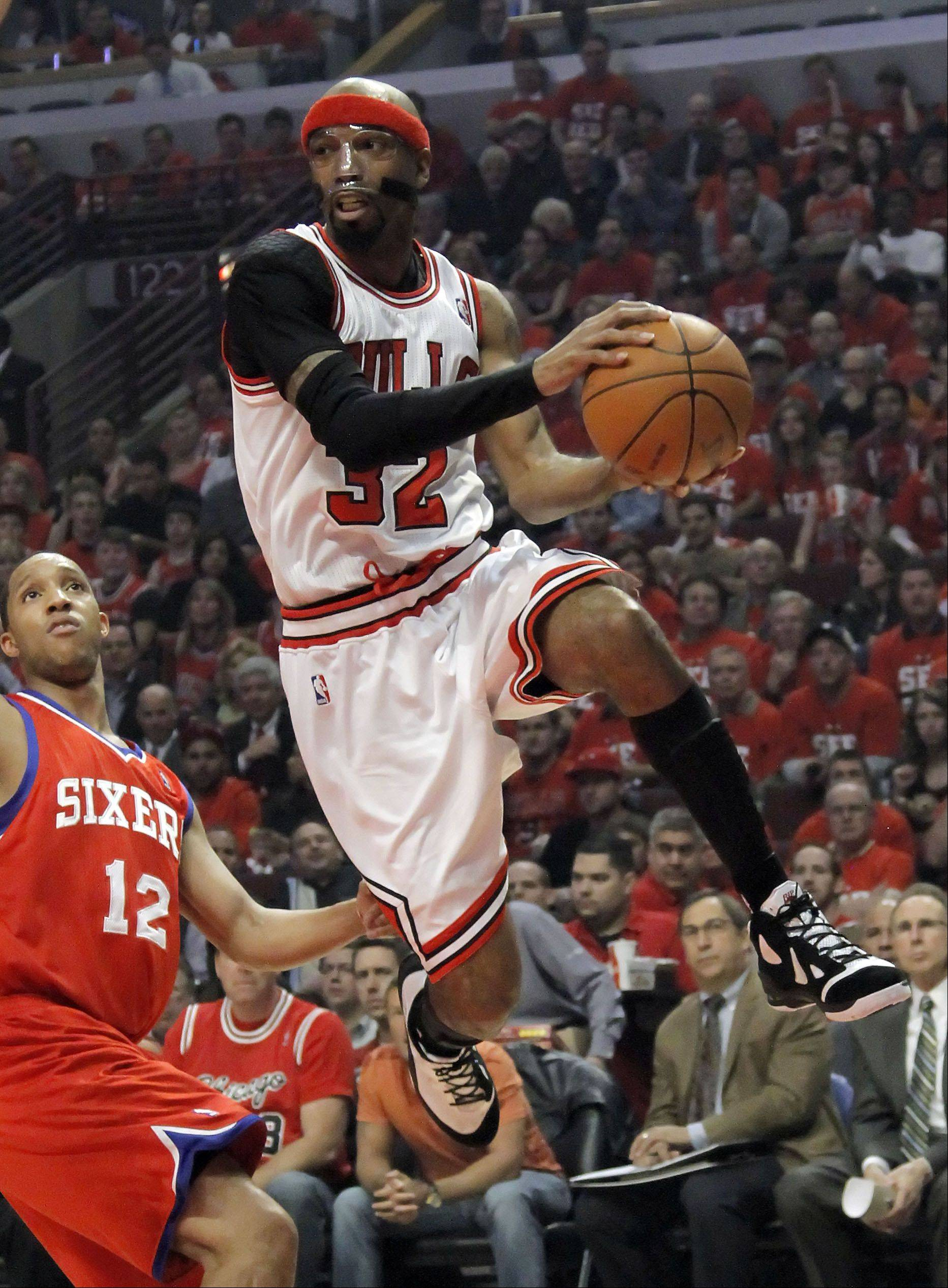 Chicago Bulls' Richard Hamilton drives to the hoop.