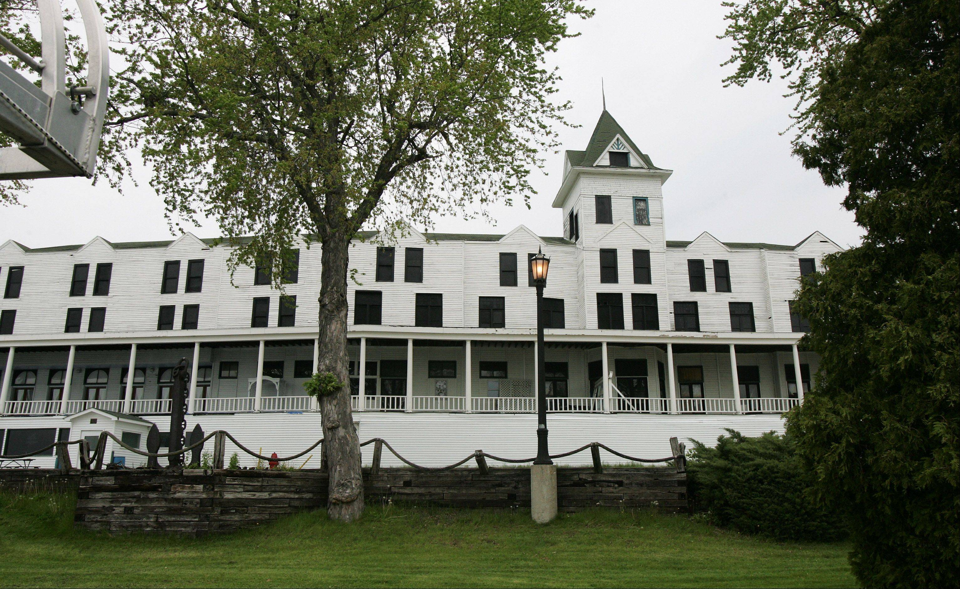 The online eBay auction of the Mineola Hotel and Lounge in Fox Lake ended Wednesday without a single bid being filed, but owner Pete Jakstas said it could still indirectly lead to a sale.