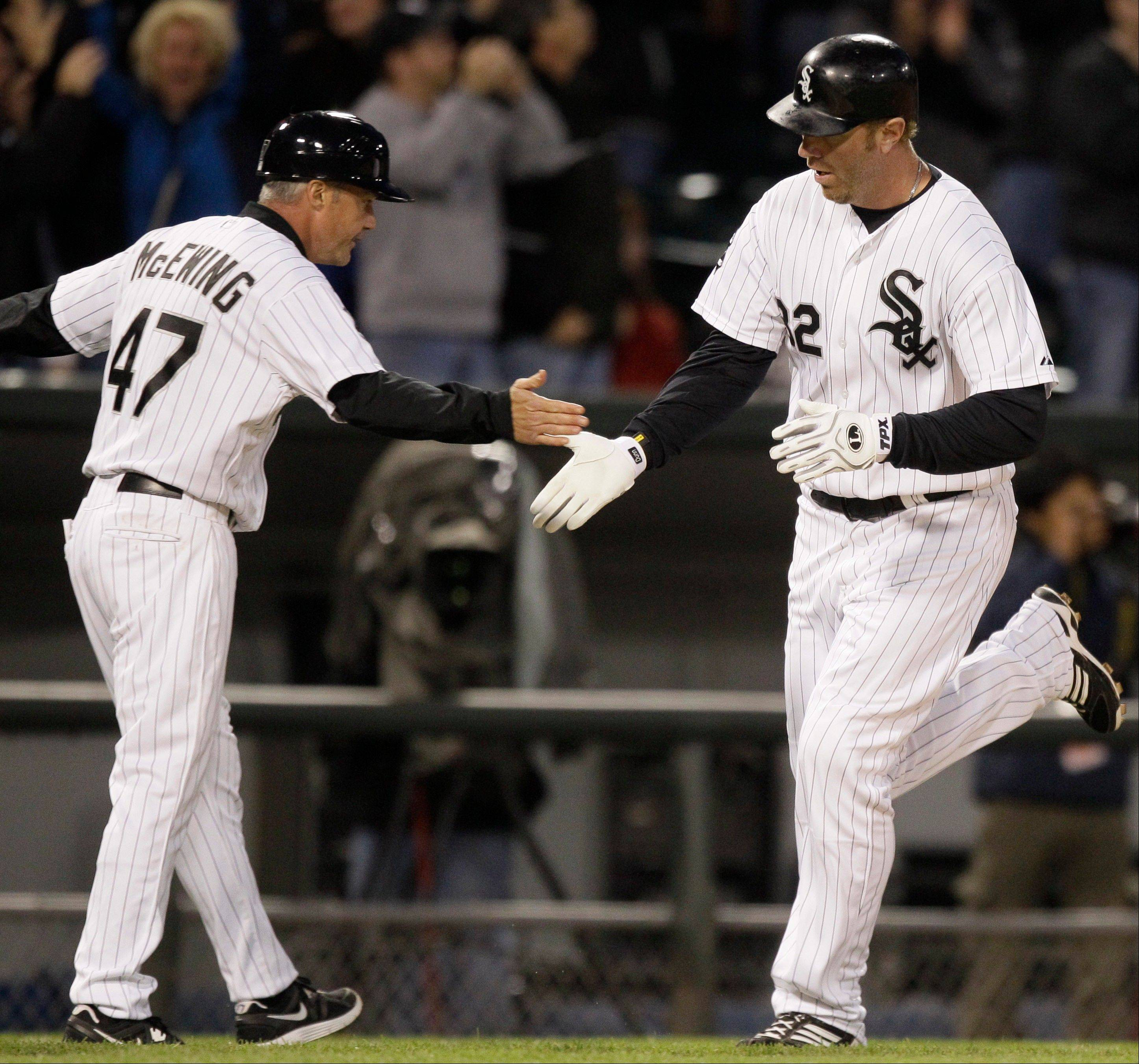 Sox win 9th straight thanks to misplay in CF