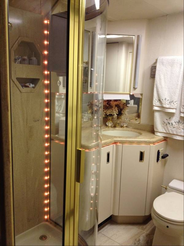 Luxury rv bathroom 78161 bursary for Rv bathroom wallpaper