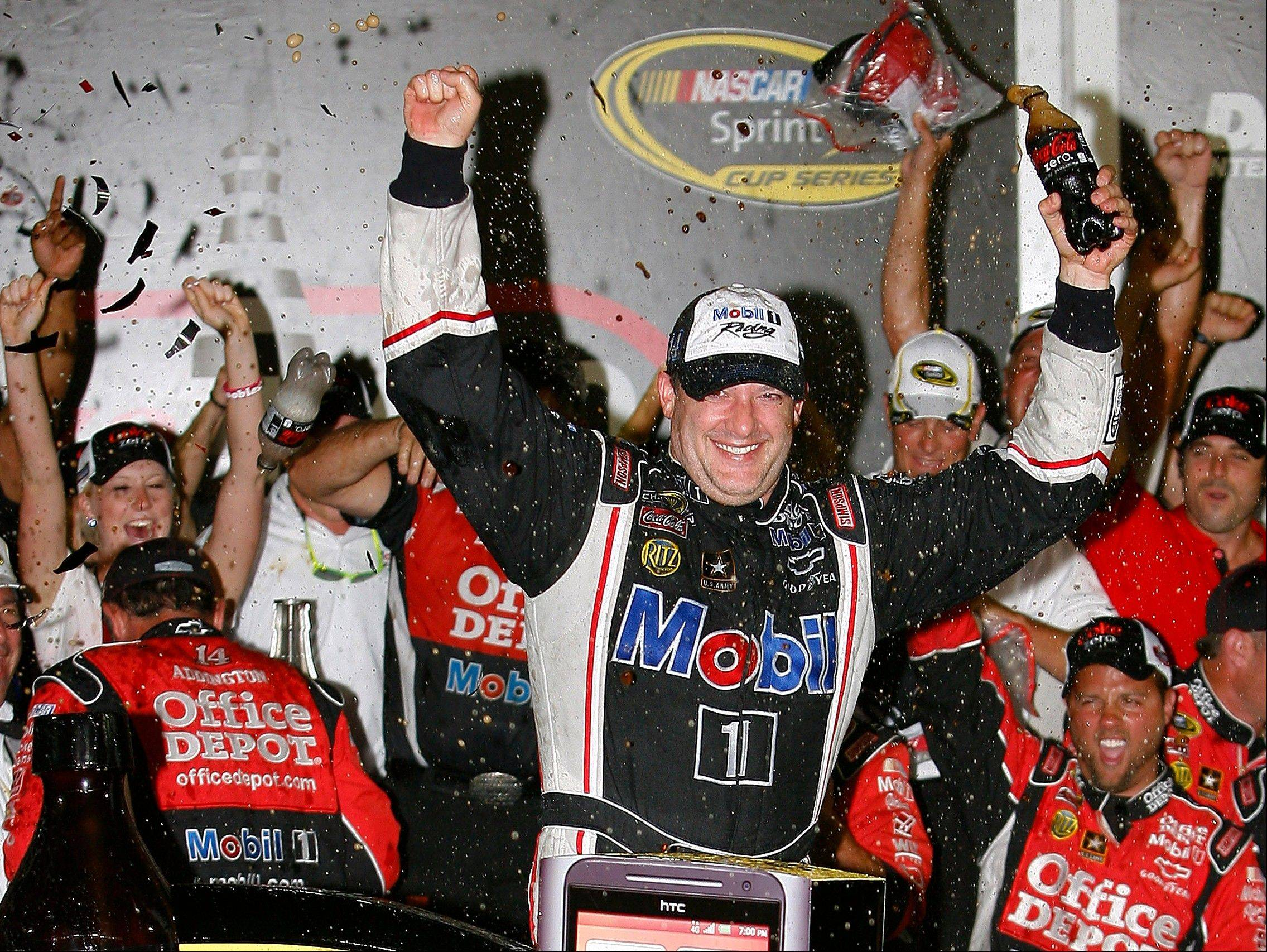 Tony Stewart makes late move to win at Daytona