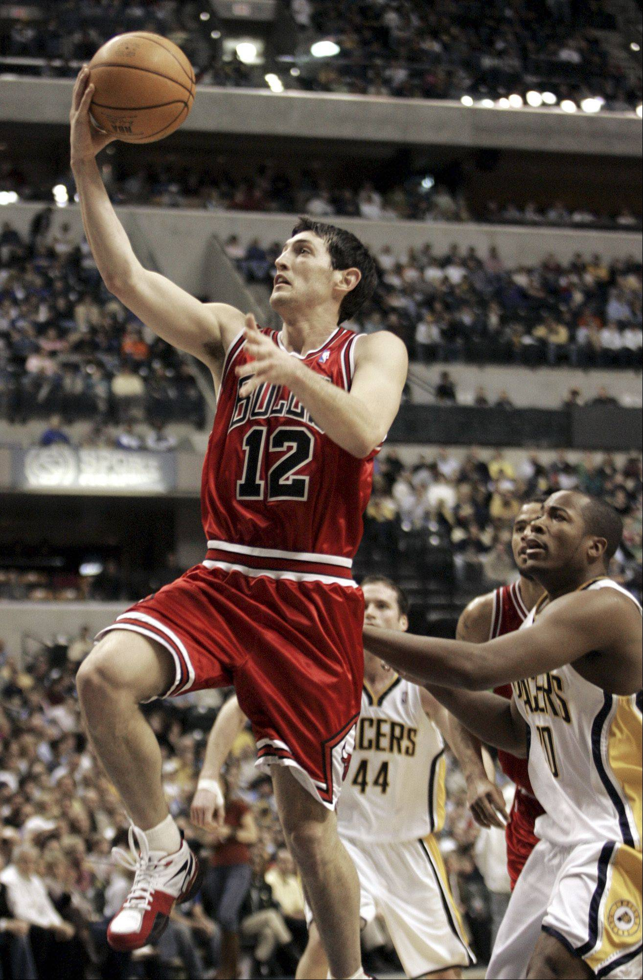 The Bulls' Kirk Hinrich scores past Indiana's Austin Croshere (44) and Fred Jones during the first half of a game in Indianapolis on Jan. 21, 2006.