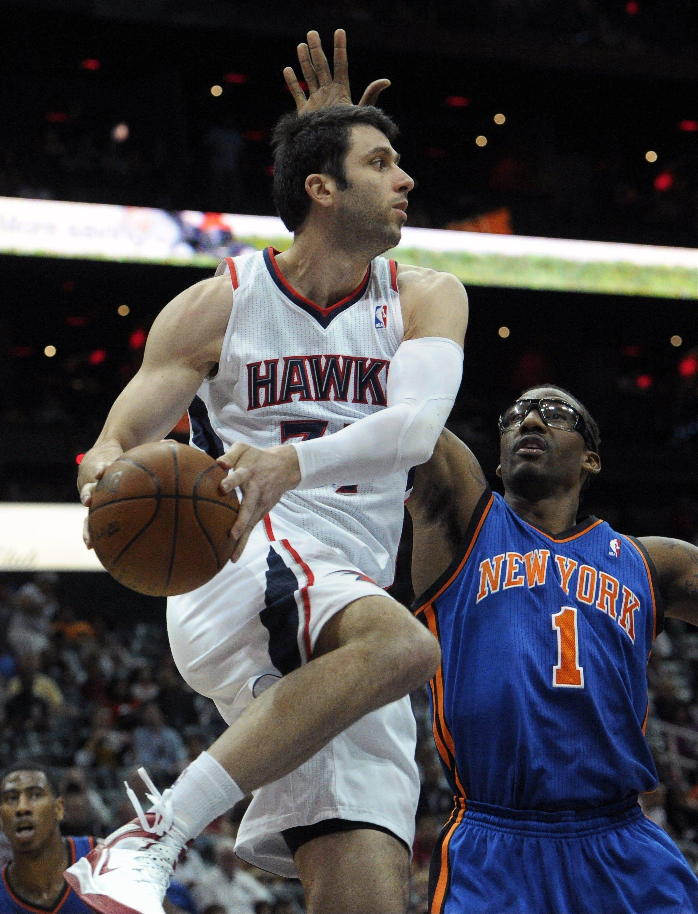 Former Atlanta Hawks forward Vladimir Radmanovic, a 6-foot-10 NBA veteran with a strong outside shot, has signed a one-year deal with the Chicago Bulls.