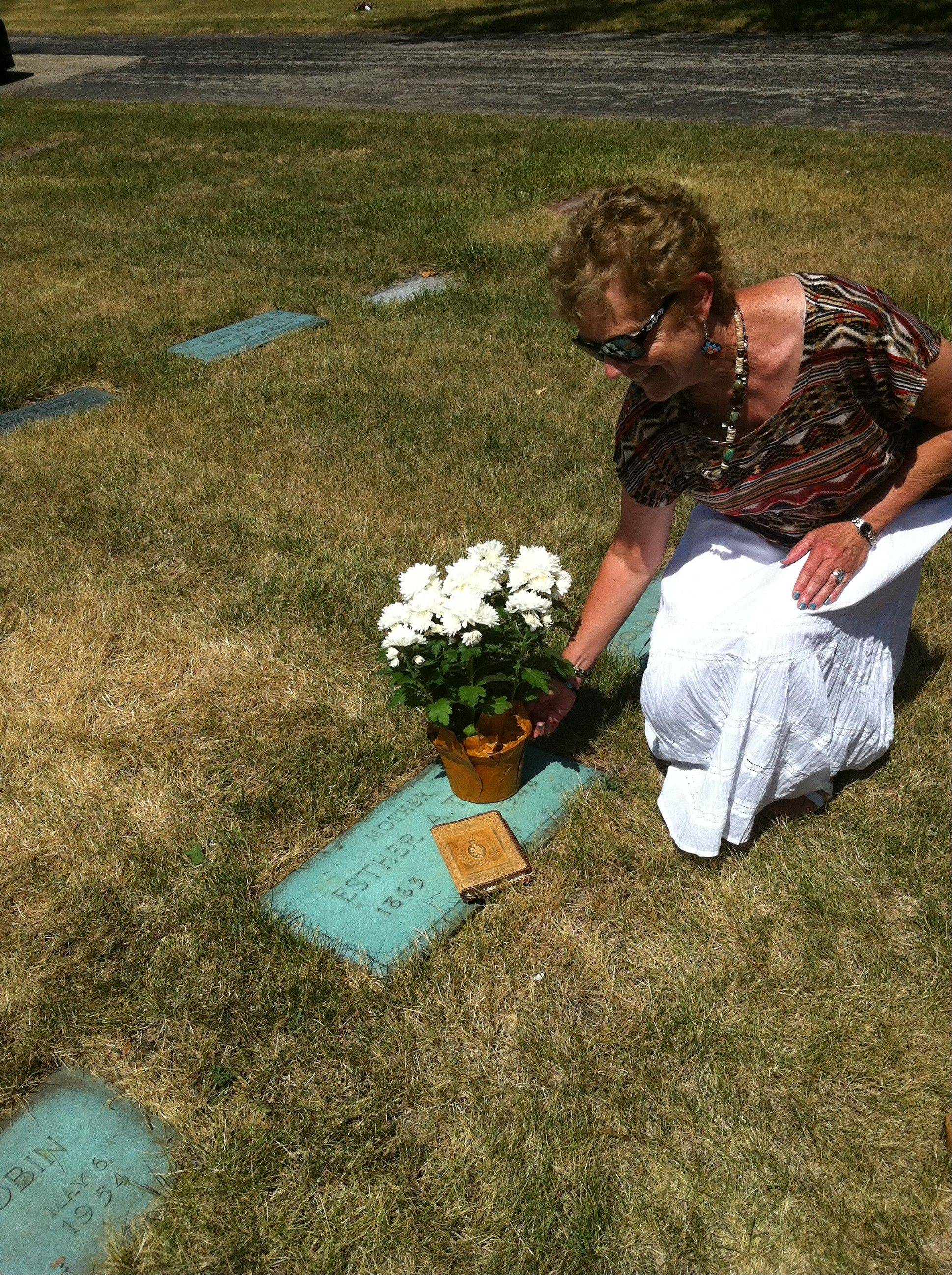 Barbara Tobin led a delegation of Baha'is to Nettie Tobin's gravesite, in Des Plaines, to say prayers and lay flowers for the 100th anniversary.
