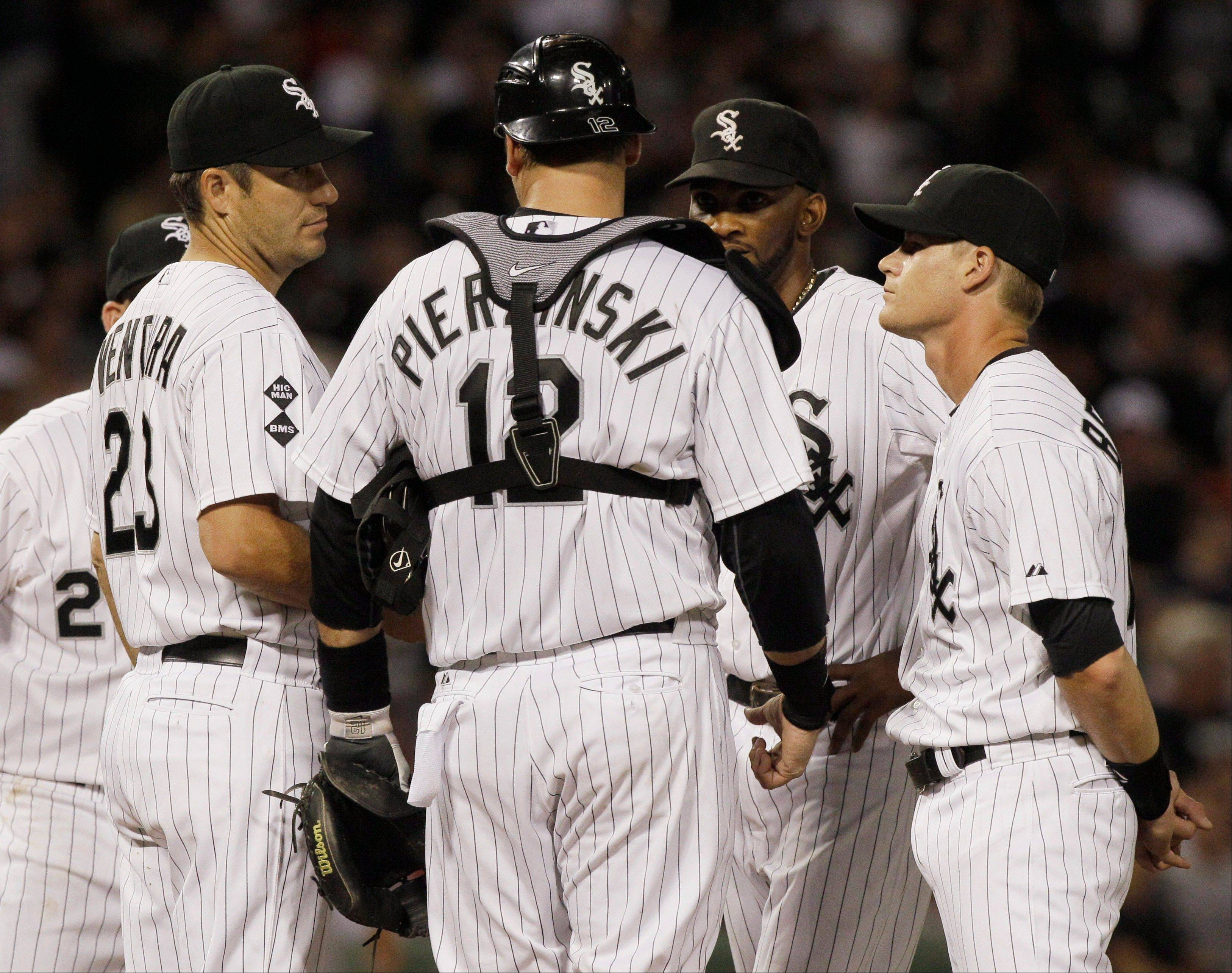 White Sox manager Robin Ventura, far left, discusses the situation with A.J. Pierzynski, Alexei Ramirez, second from right, and Gordon Beckham as they wait for relief pitcher Nate Jones during the seventh inning Saturday night.