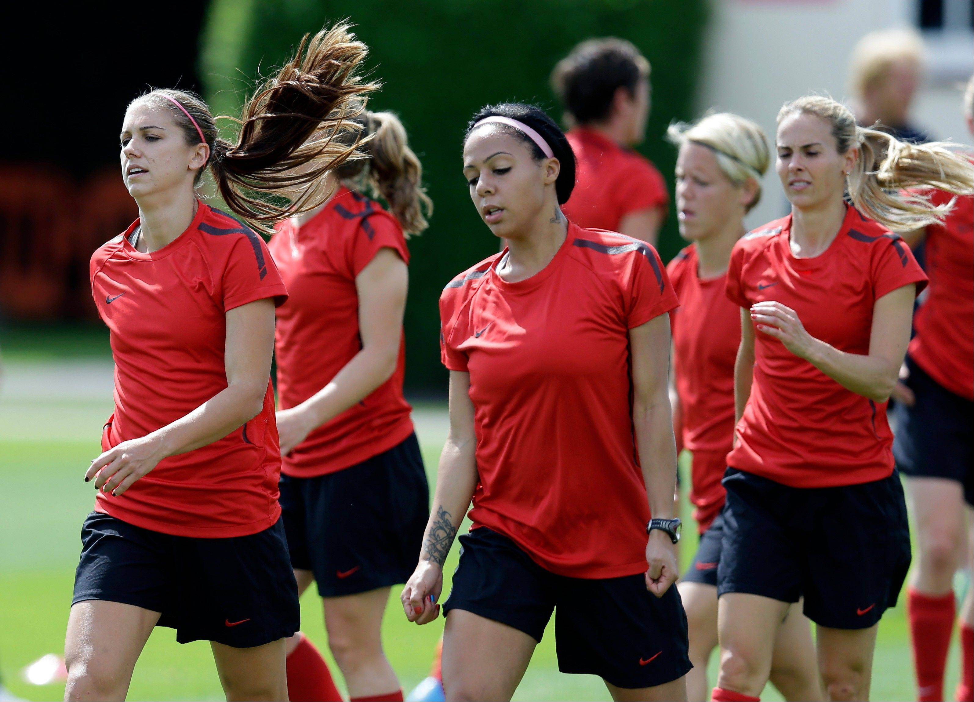 From left, Alex Morgan, Syndey Leroux, and Heather Mitts train Wednesday in London.