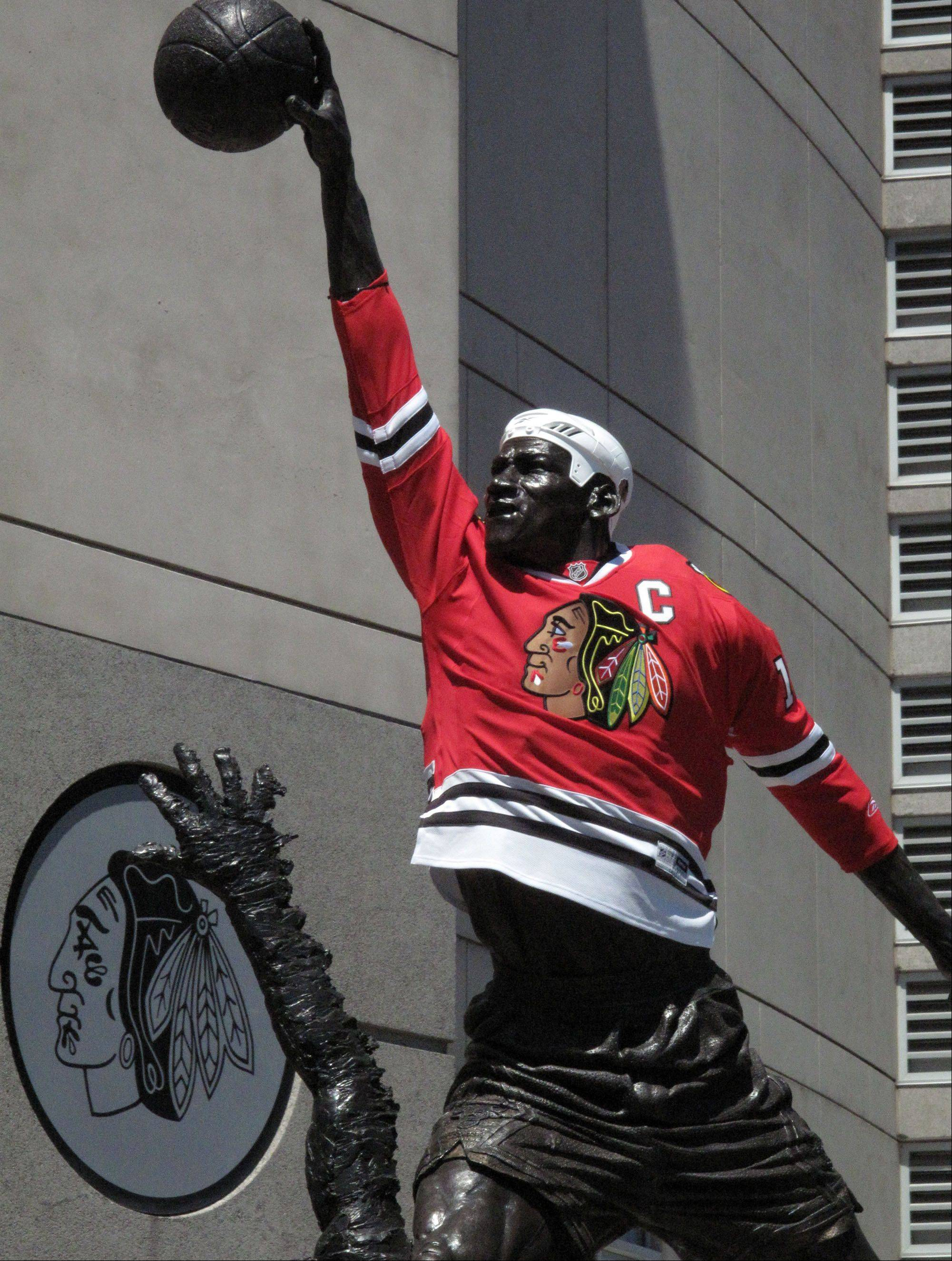 The Michael Jordan statue at the United Center sported a Jonathan Toews jersey when the Blackhawks went to the Stanley Cup Finals in 2010.