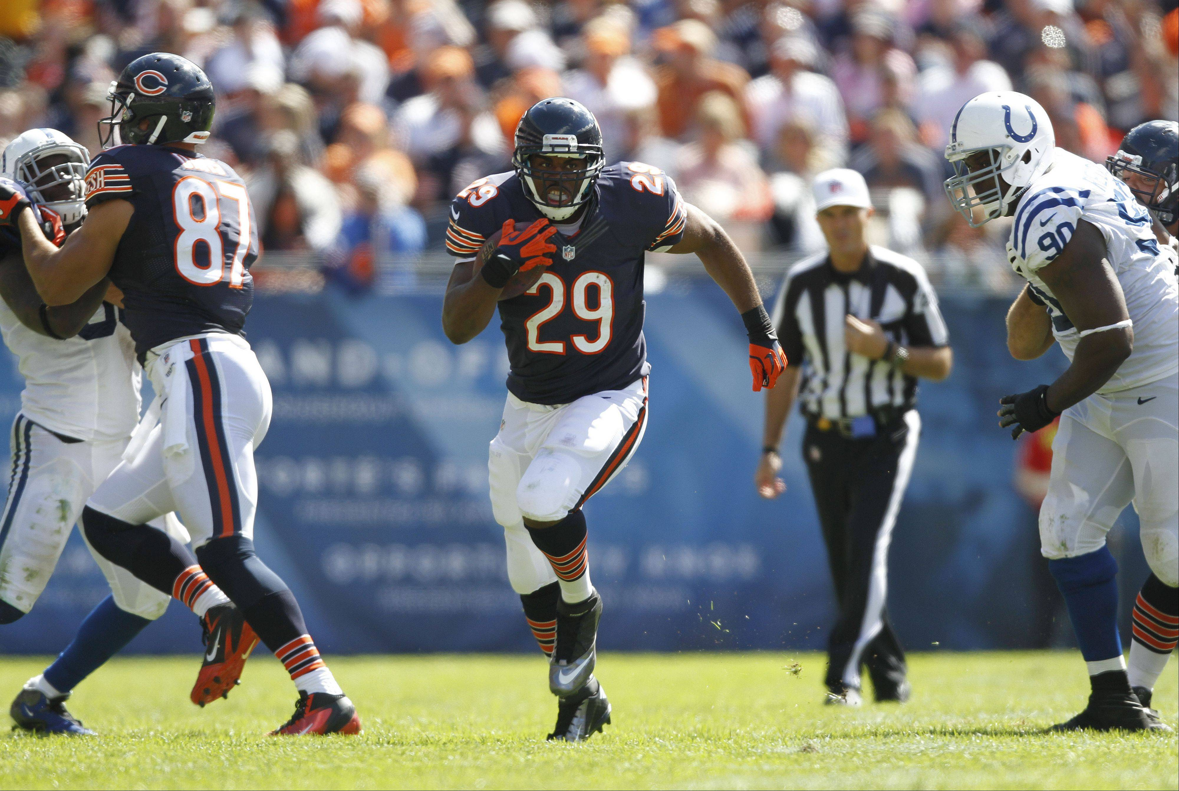 Steve Lundy/slundy@dailyherald.com ¬ Chicago Bears running back Michael Bush finds an opening during the Bears season opener against the Indianapolis Colts Sunday at Soldier Field in Chicago. The Bears won 41-21 ¬ ¬