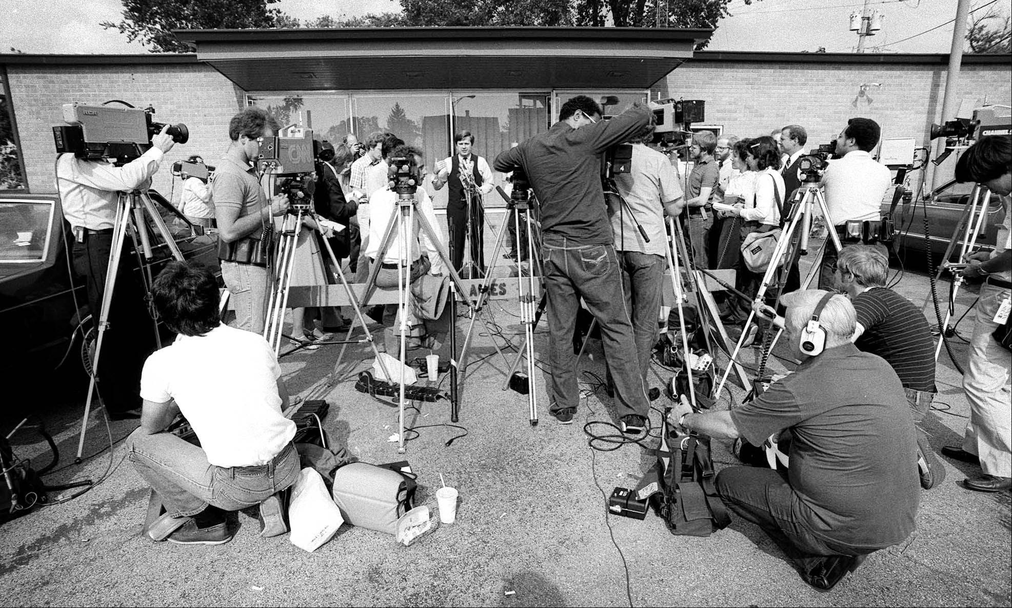 News crews surround the entrance to the Illinois State Police office in Des Plaines, the headquarters for the Tylenol killings investigation, on Oct. 8, 1982.
