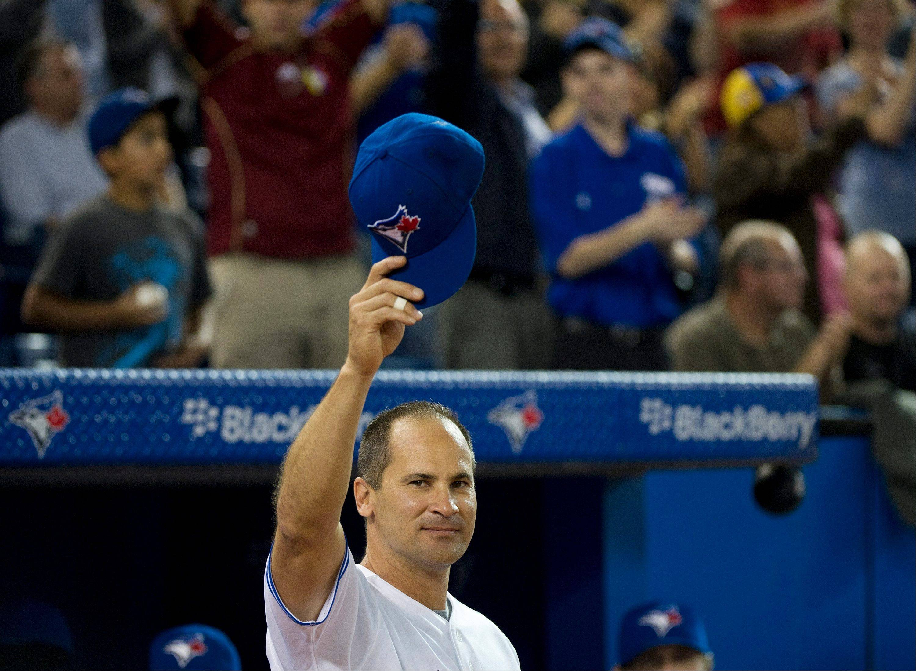 Blue Jays shortstop Omar Vizquel acknowledges the crowed before playing against the Minnesota Twins on Wednesday in Toronto.