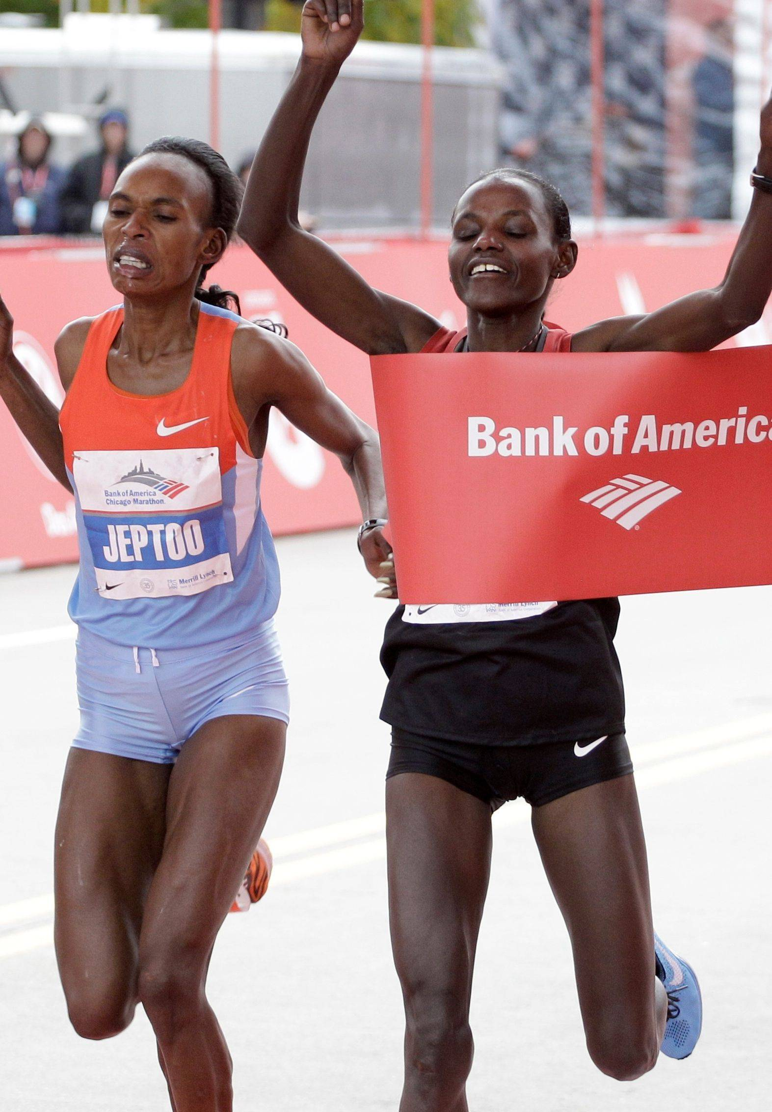 In the closest women's race ever, Ethiopia's Atsede Baysa edges out Kenya's Rita Jeptoo.