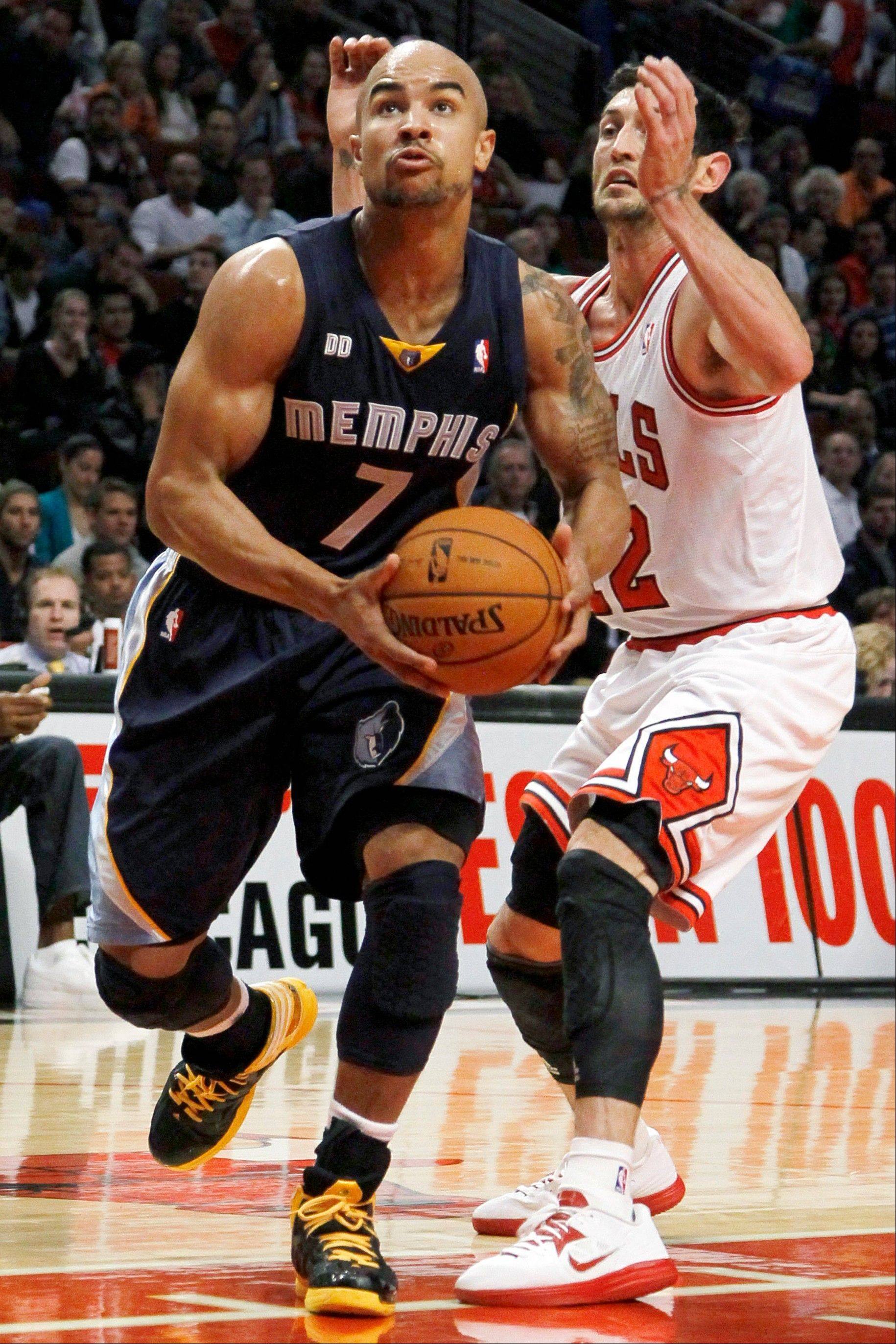 Memphis Grizzlies guard Jerryd Bayless drives Bulls guard Kirk Hinrich Tuesday during the first half.