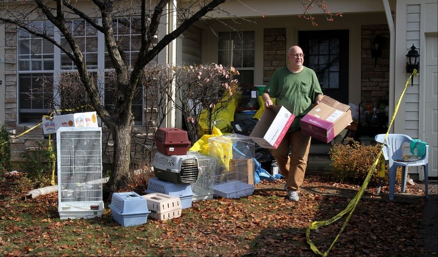 The Greater Chicago Cage Bird Club dropped off cages for Dave Skeberdis of Aurora to help him remove hundreds of birds living in his Aurora townhouse.