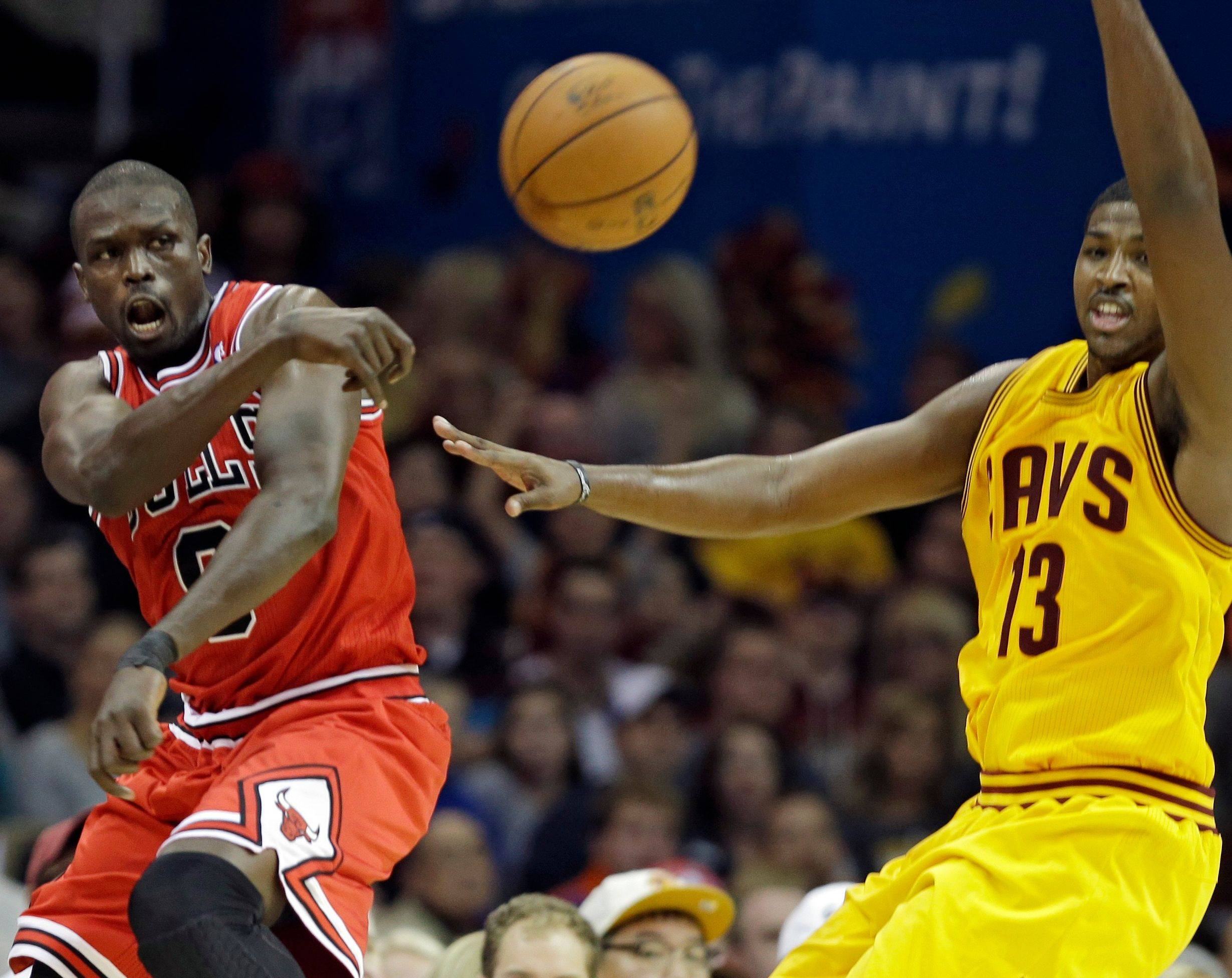 Carlos Boozer slams home 2 of his 19 points against Cleveland. Boozer (7 of 11) was part of a sharp-shooting Bulls squad that hit 63.8 percent of its field-goal attempts.