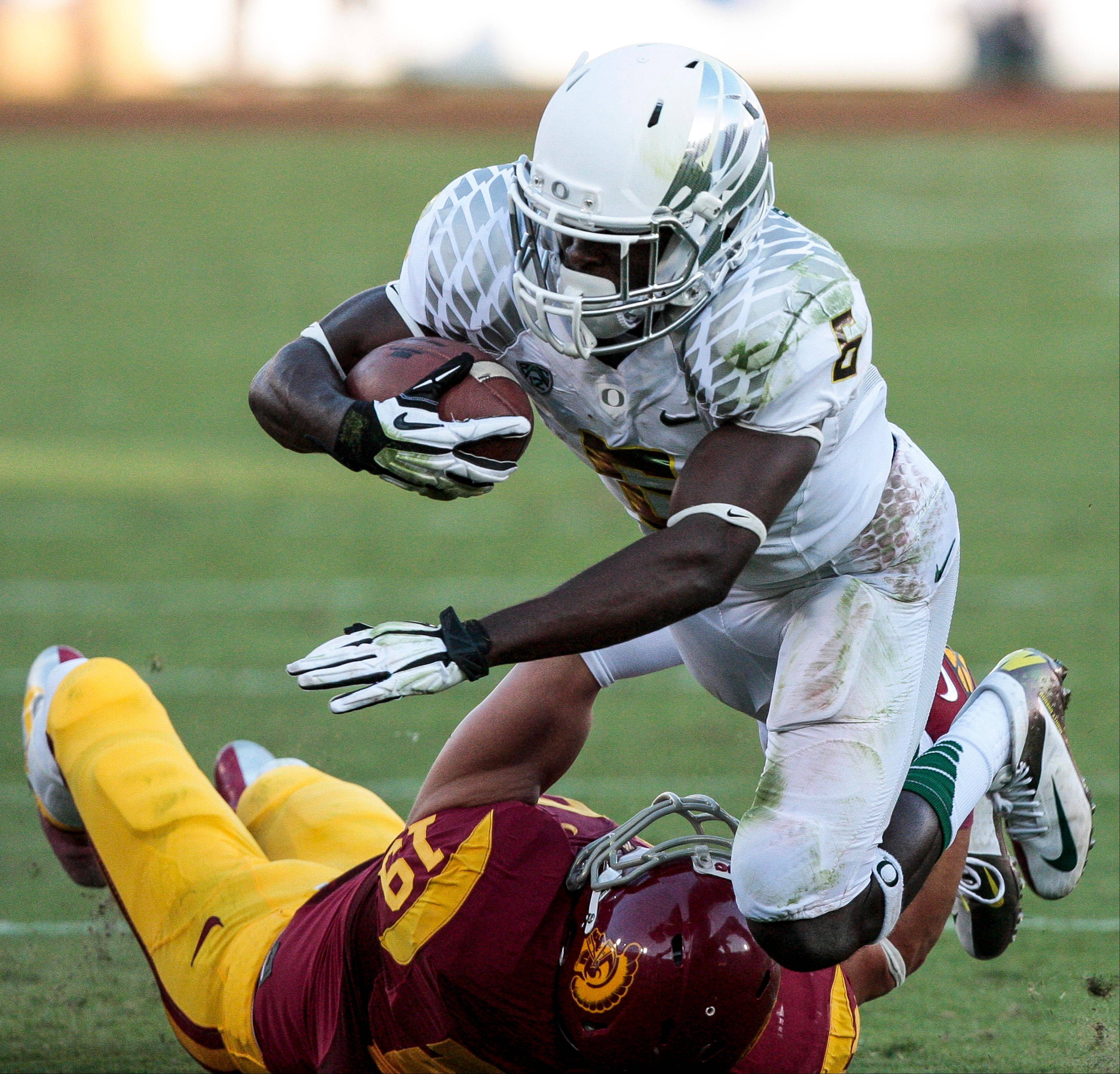 Oregon running back De�Anthony Thomas is tackled by Southern California safety Drew McAllister Saturday during the first half in Los Angeles. Oregon won 62-51.