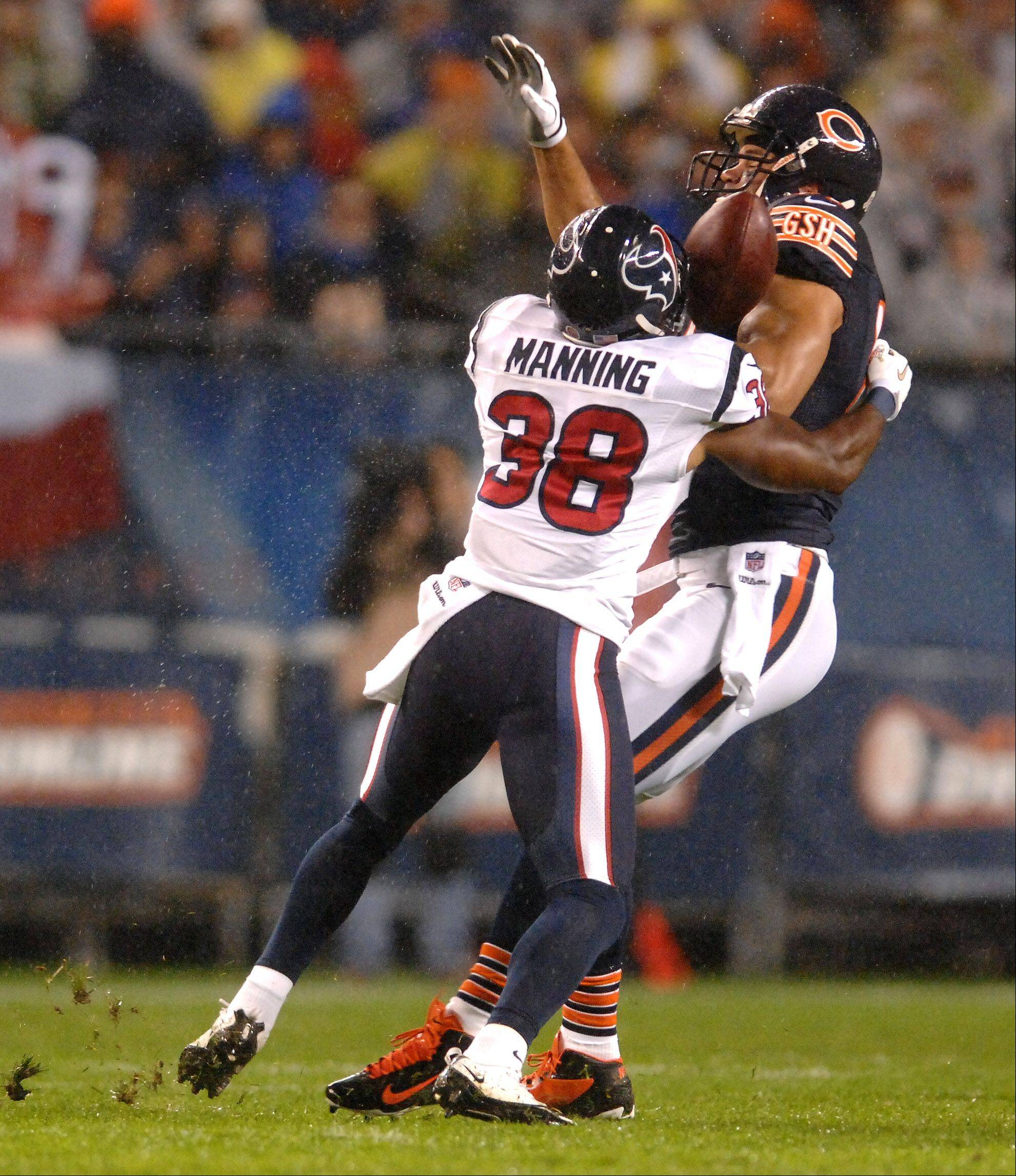 Former Bear Danieal Manning forces Chicago Bears tight end Kellen Davis (87) to fumble after a catch.