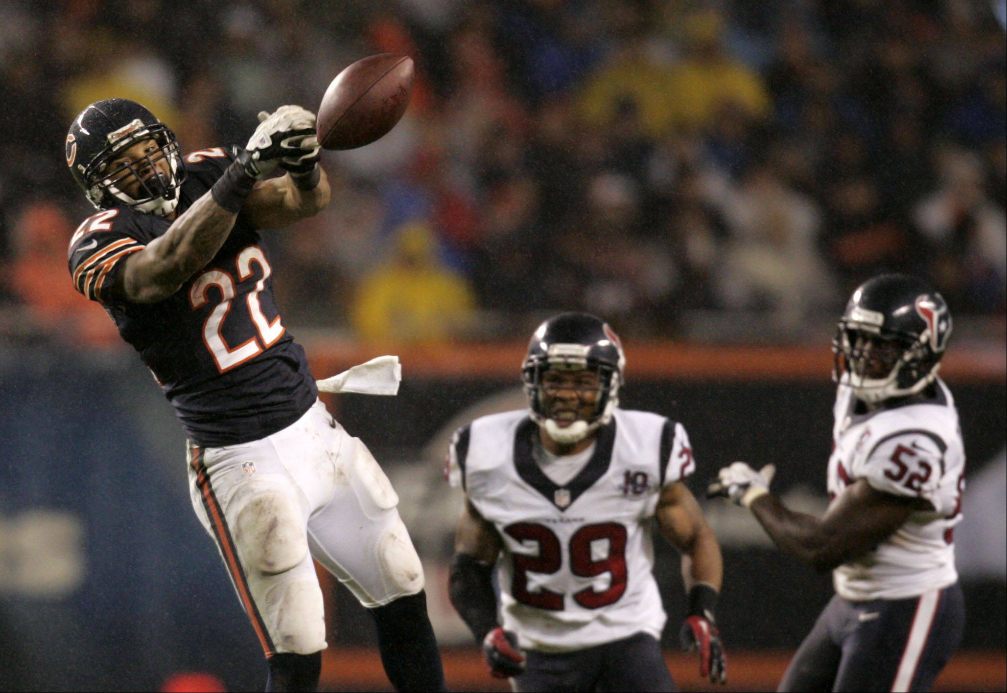 Chicago Bears running back Matt Forte (22) can't hold onto a Jay Cutler pass in the second quarter.