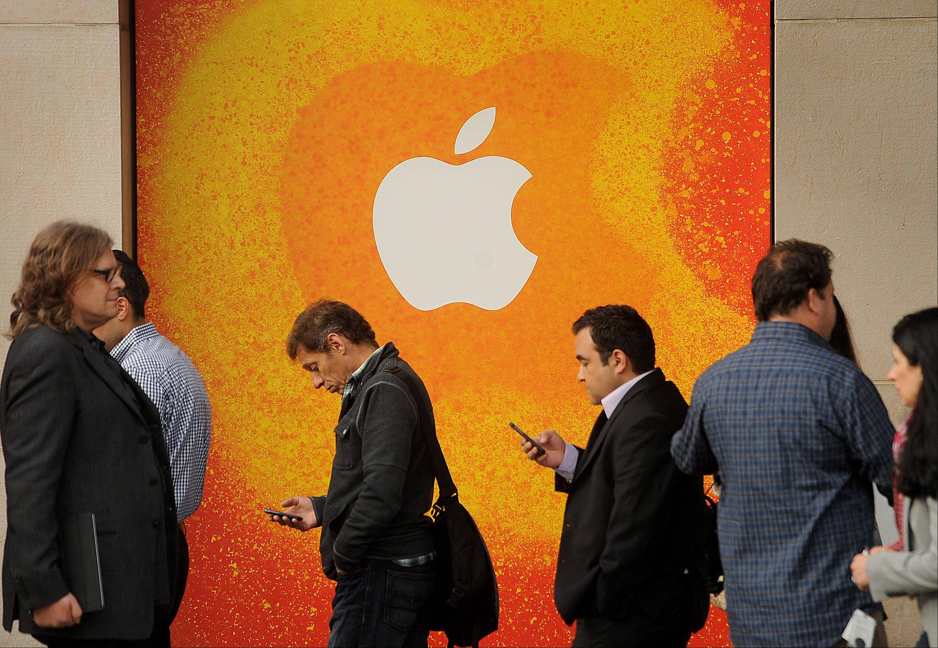 Apple Inc. and HTC Corp. have settled all global lawsuits and signed a 10-year licensing agreement, ending a dispute that threatened their shipments of mobile devices.