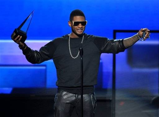 Usher accepts the award for favorite male artist - soul/R&B at the AMAs.