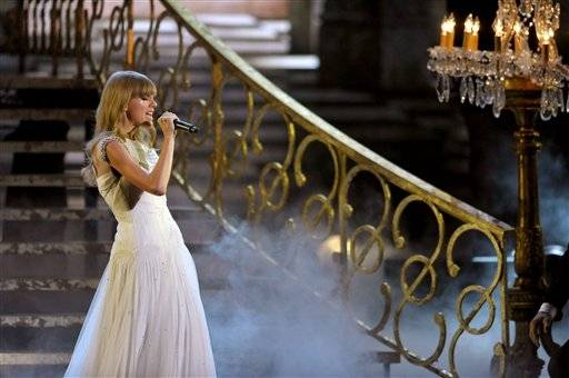 "Taylor Swift sings ""I Knew You Were Trouble"" during the AMAs."