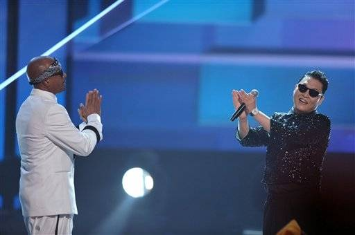 "Mc Hammer and ""Gangnam Style"" singer Psy praise each other on stage at the AMAs."