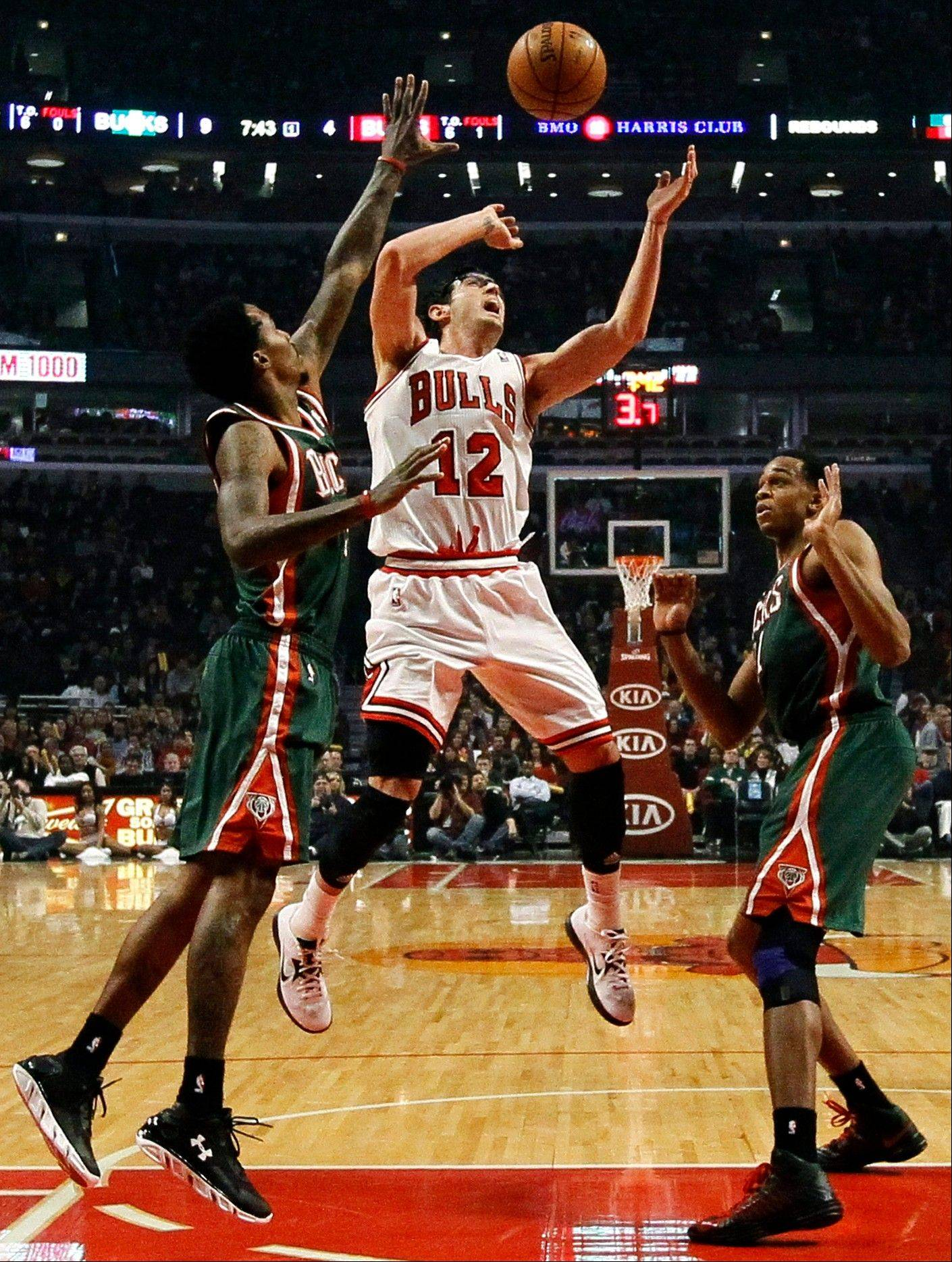 Bulls guard Kirk Hinrich was an unwitting part of a prank by the Bucks' Drew Gooden, who announced via Twitter that he would give his tickets to Monday's game to the first fan who sent a picture of a Bulls jersey in the toilet. The winning photo featured a Hinrich jersey.