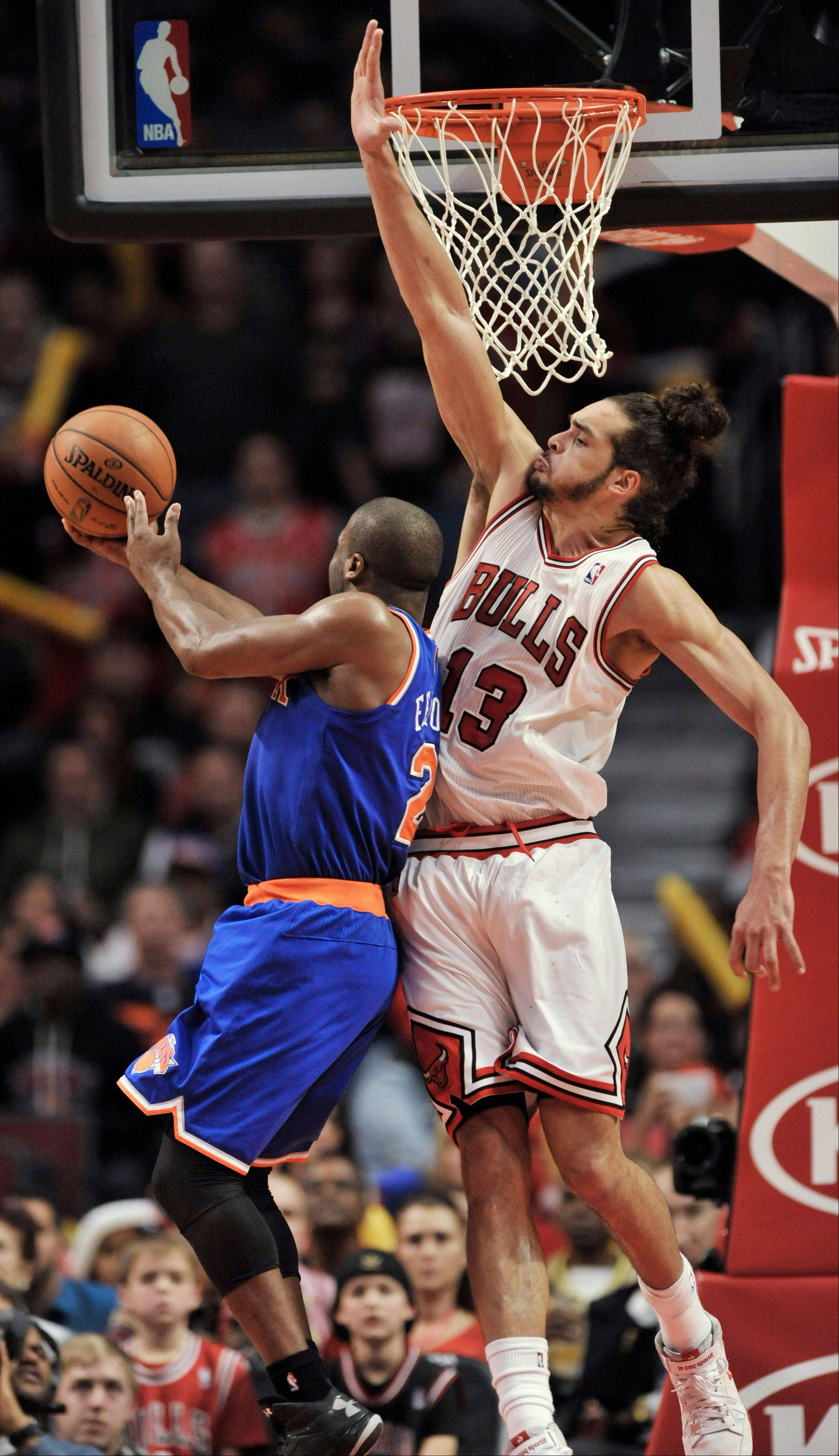 New York Knicks' Raymond Felton goes up for a shot against Chicago Bulls' Joakim Noah during the fourth quarter in Chicago Saturday. The Bulls won 93-85.