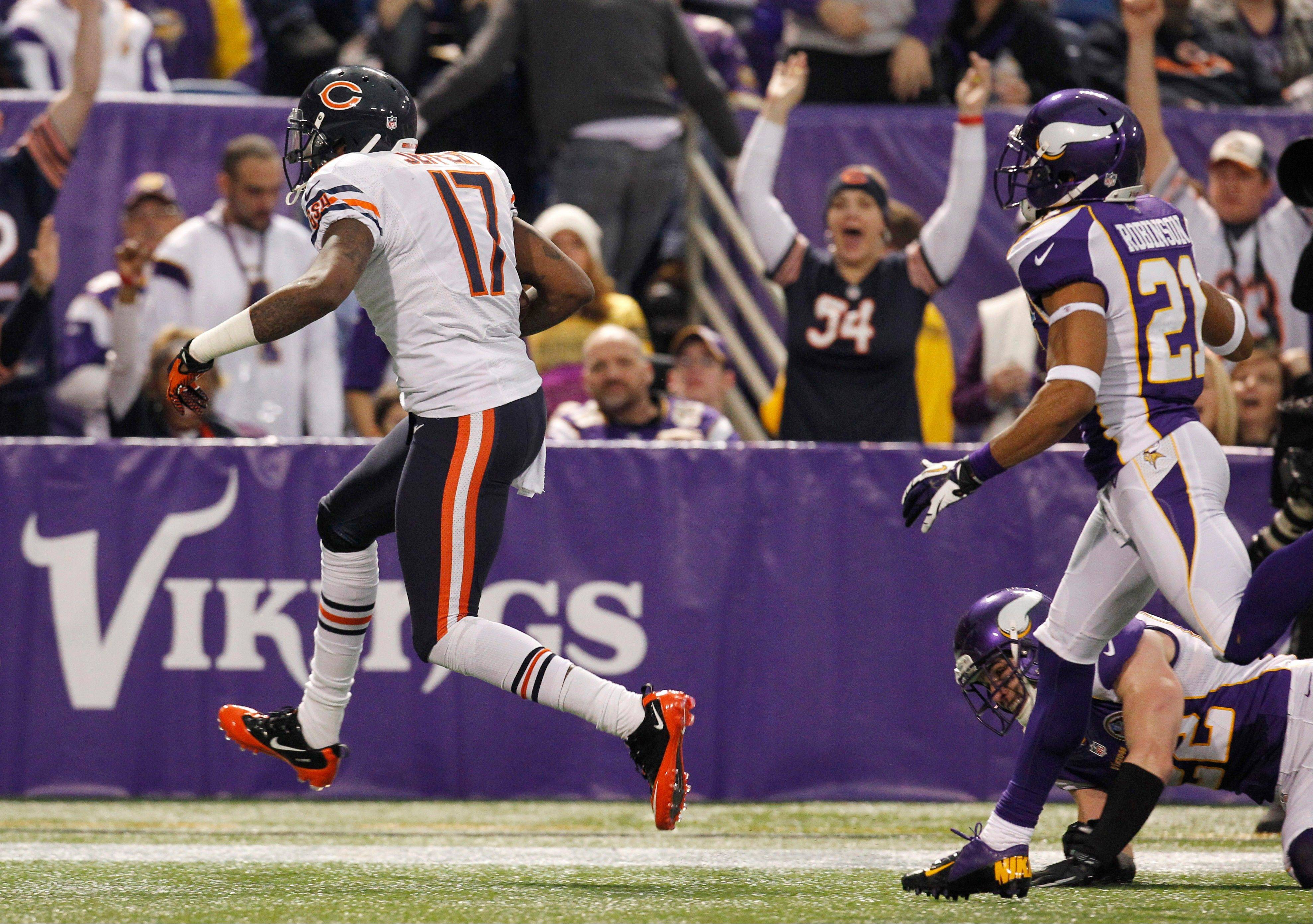 Chicago Bears wide receiver Alshon Jeffery, left, makes a 23-yard touchdown reception ahead of Minnesota Vikings cornerback Josh Robinson during the first half.
