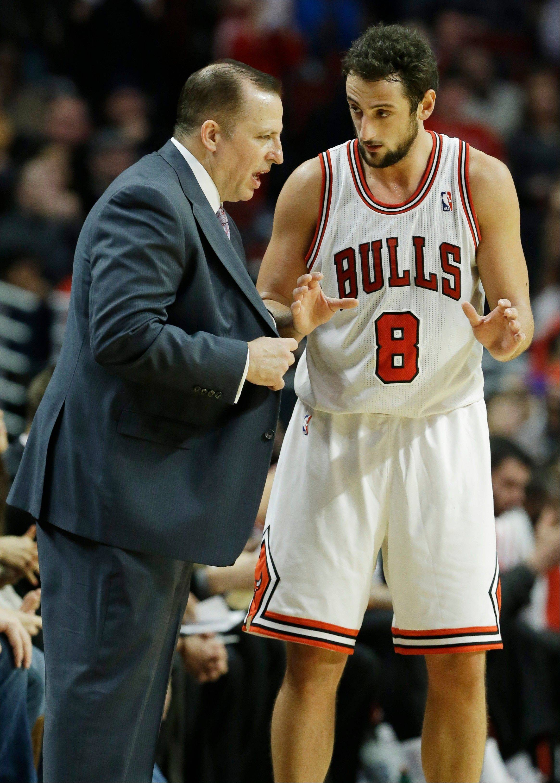 Coach Tom Thibodeau talks things over with guard Marco Belinelli during the Bulls' victory over the Nets last weekend.