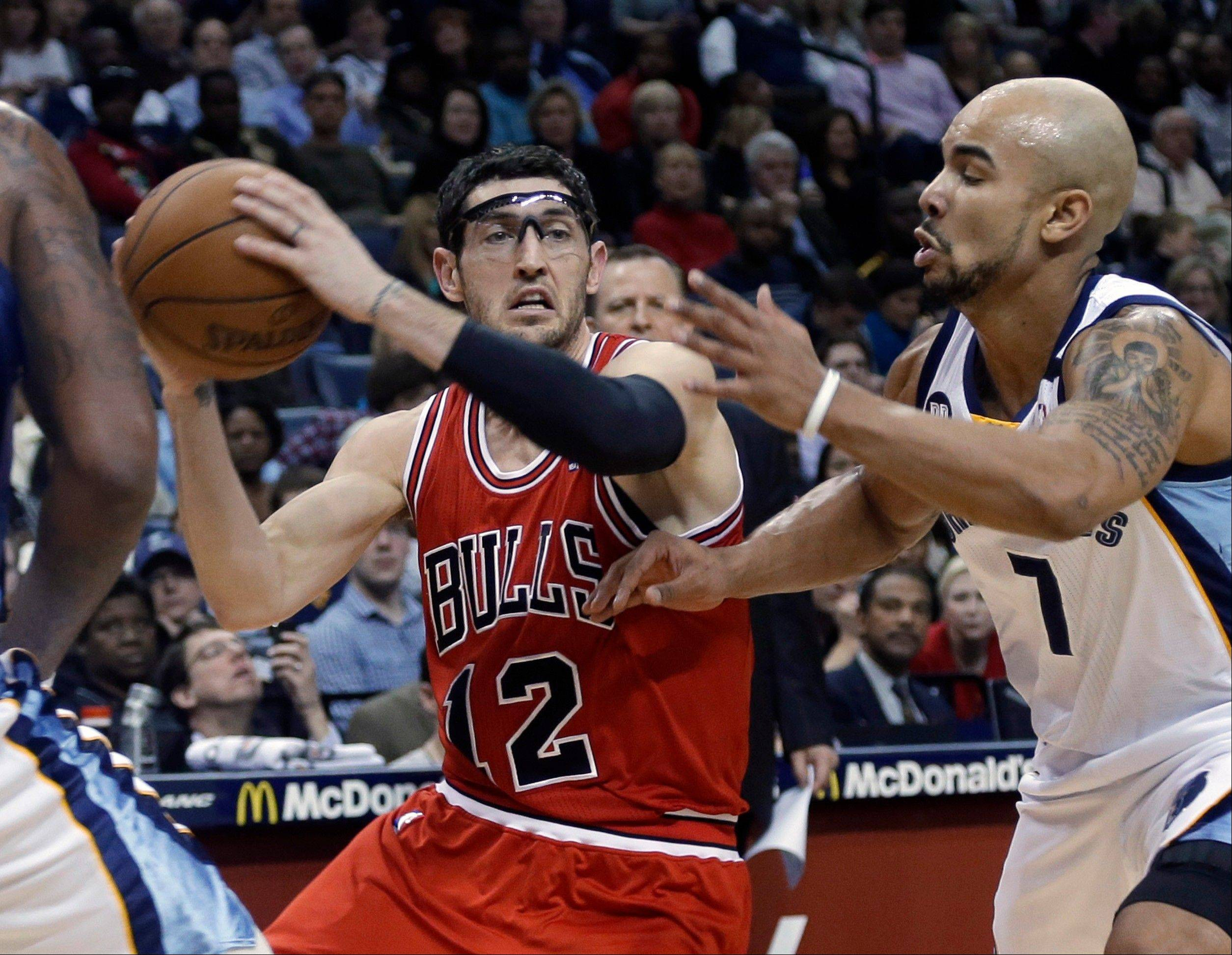 Bulls guard Kirk Hinrich is pressured by the Grizzlies' Jerryd Bayless.