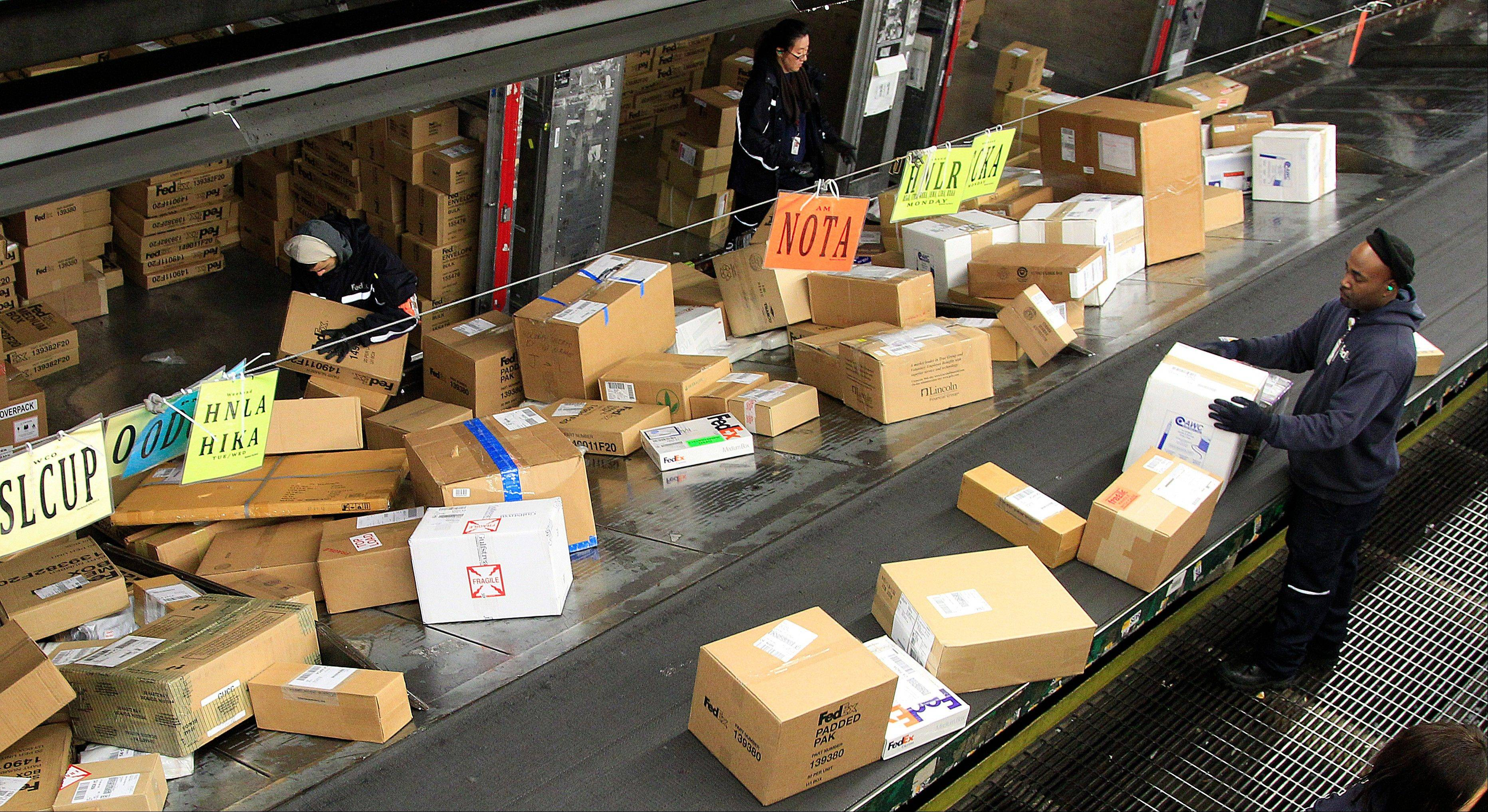A record number of Americans took to the Web to order holiday gifts after retailers flooded their inboxes with offers of extra discounts, free shipping and easy returns.