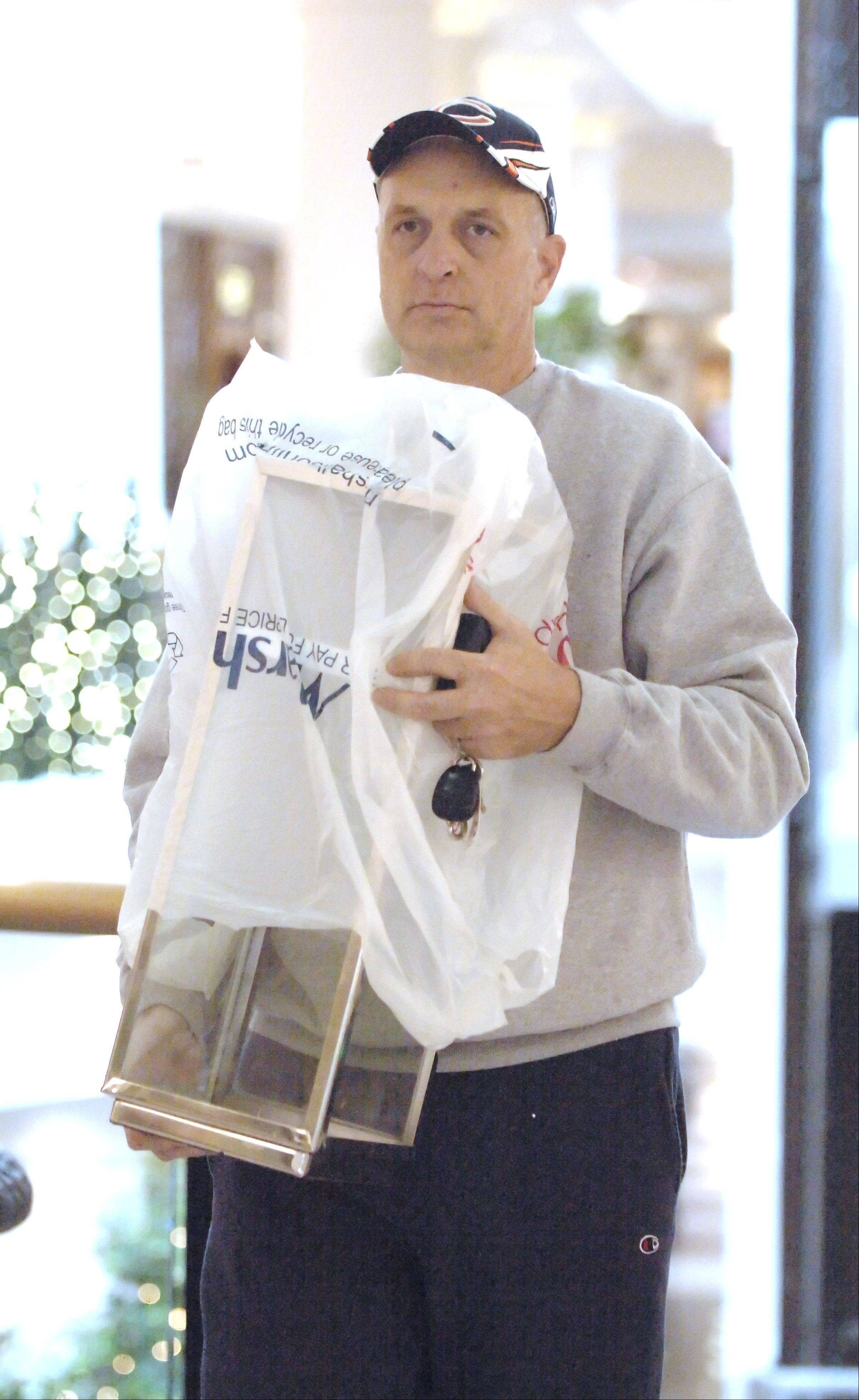 Ed Pawlak of Wheaton was one of the last-minute shoppers who scrambled Monday afternoon to find that special gift or stocking stuffer at Yorktown Mall in Lombard.