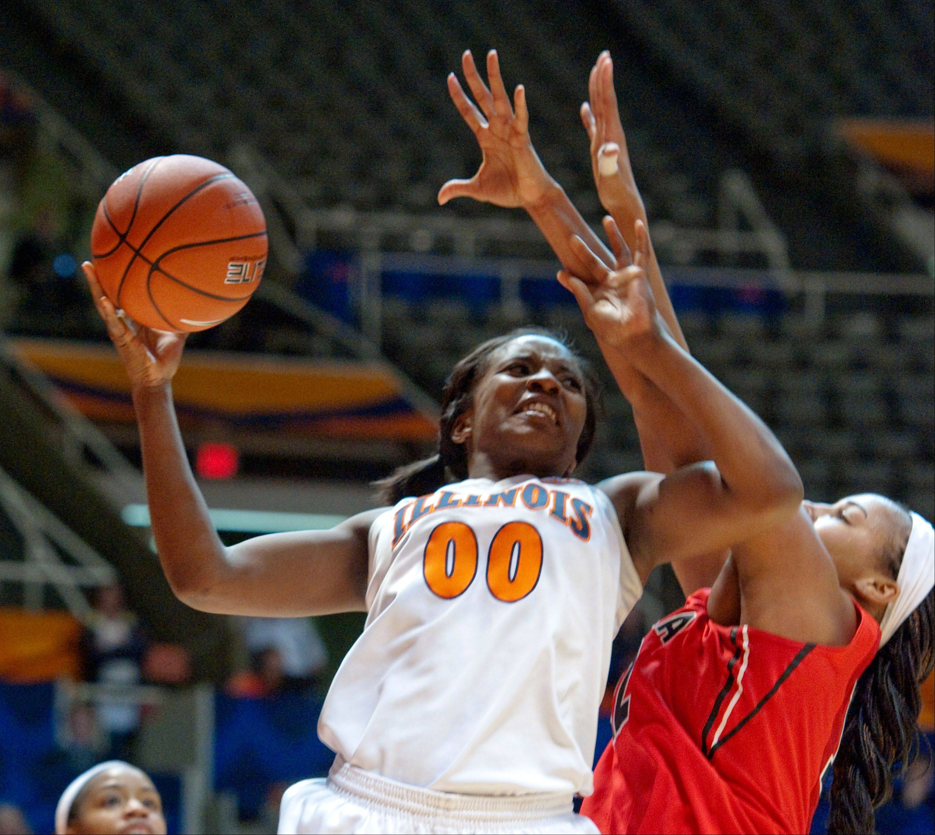 Illinois' Karisma Penn works against Georgia's Jasmine Hassell during the second half Friday in Champaign, Ill. Illinois won 70-59.