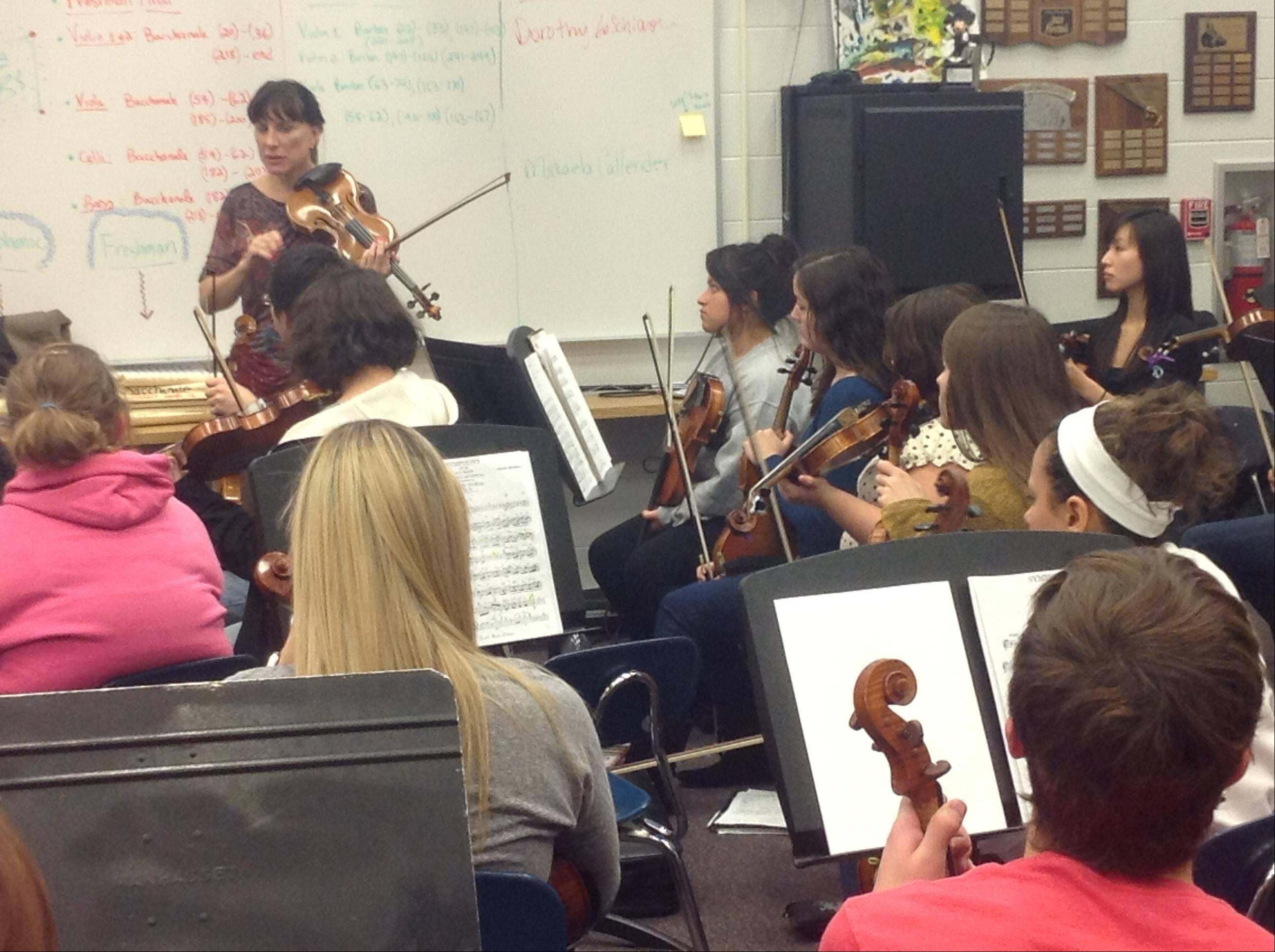 Chicago Symphony Orchestra violinist Alison Dalton leads a master workshop with the Dundee-Crown Chamber Orchestra.