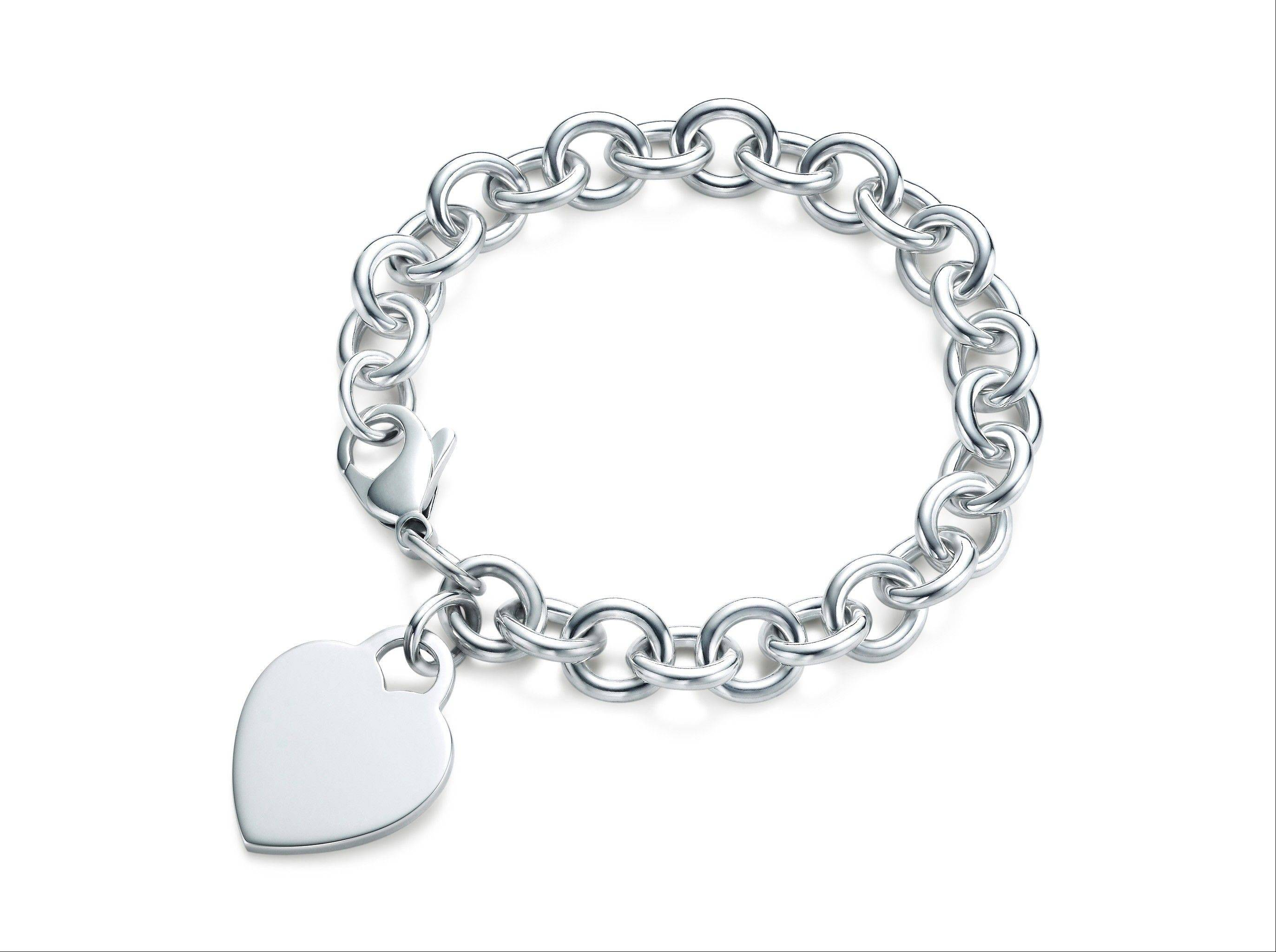 A heart tag bracelet in sterling silver.