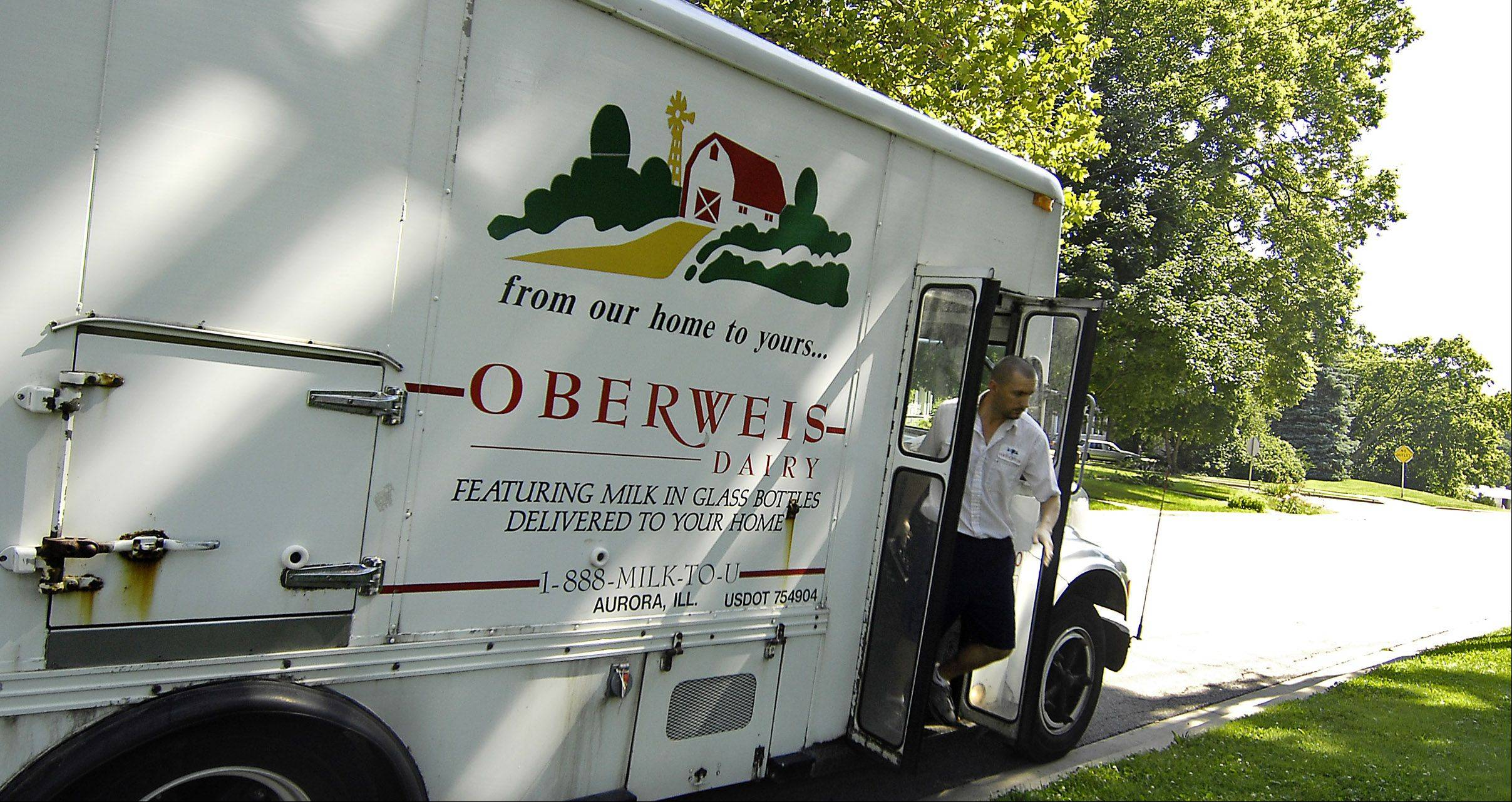 RICK WEST/rwest@dailyherald.com, 2009An Oberweis Dairy milk delivery is made in Batavia. On Jan. 4., someone stole milk, orange juice and water out of delivery coolers at 11 homes in Geneva.